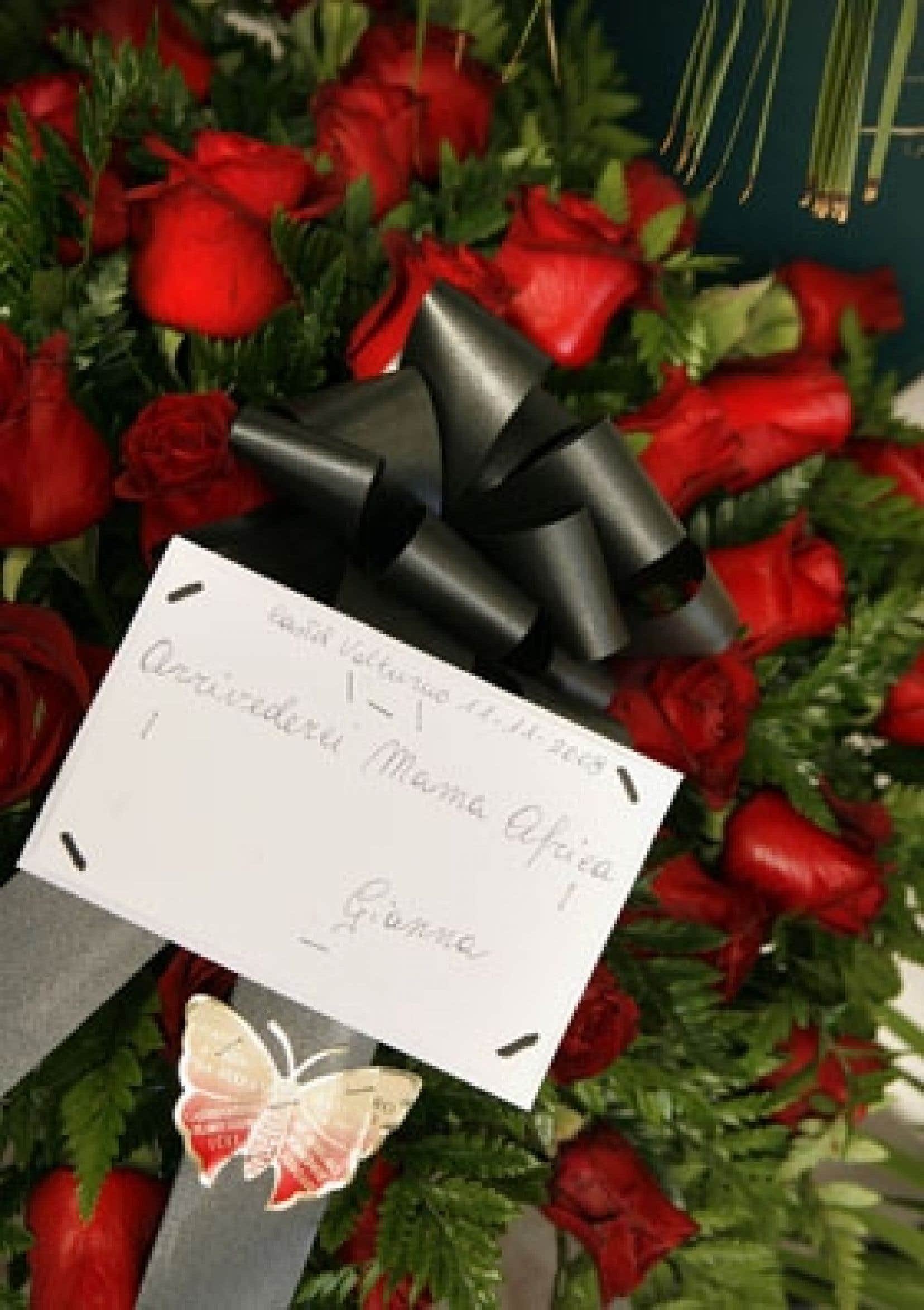 Un bouquet de fleurs a été laissé devant l'hôpital où la chanteuse Miriam Makeba est décédée, dans le sud de l'Italie.