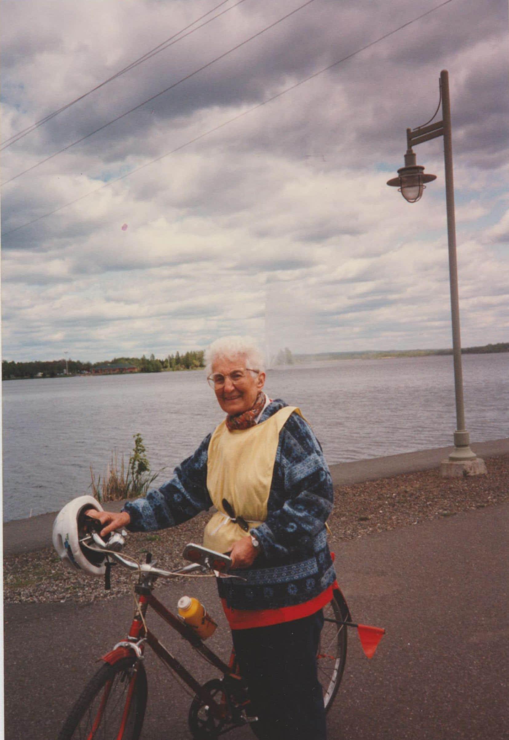À son arrivée au Canada, sœur Sibillotte a demandé la permission à l'évêque de se déplacer à vélo pour pouvoir servir plus rapidement les populations pauvres. Elle a continué de faire de la bicyclette jusqu'à un âge avancé.