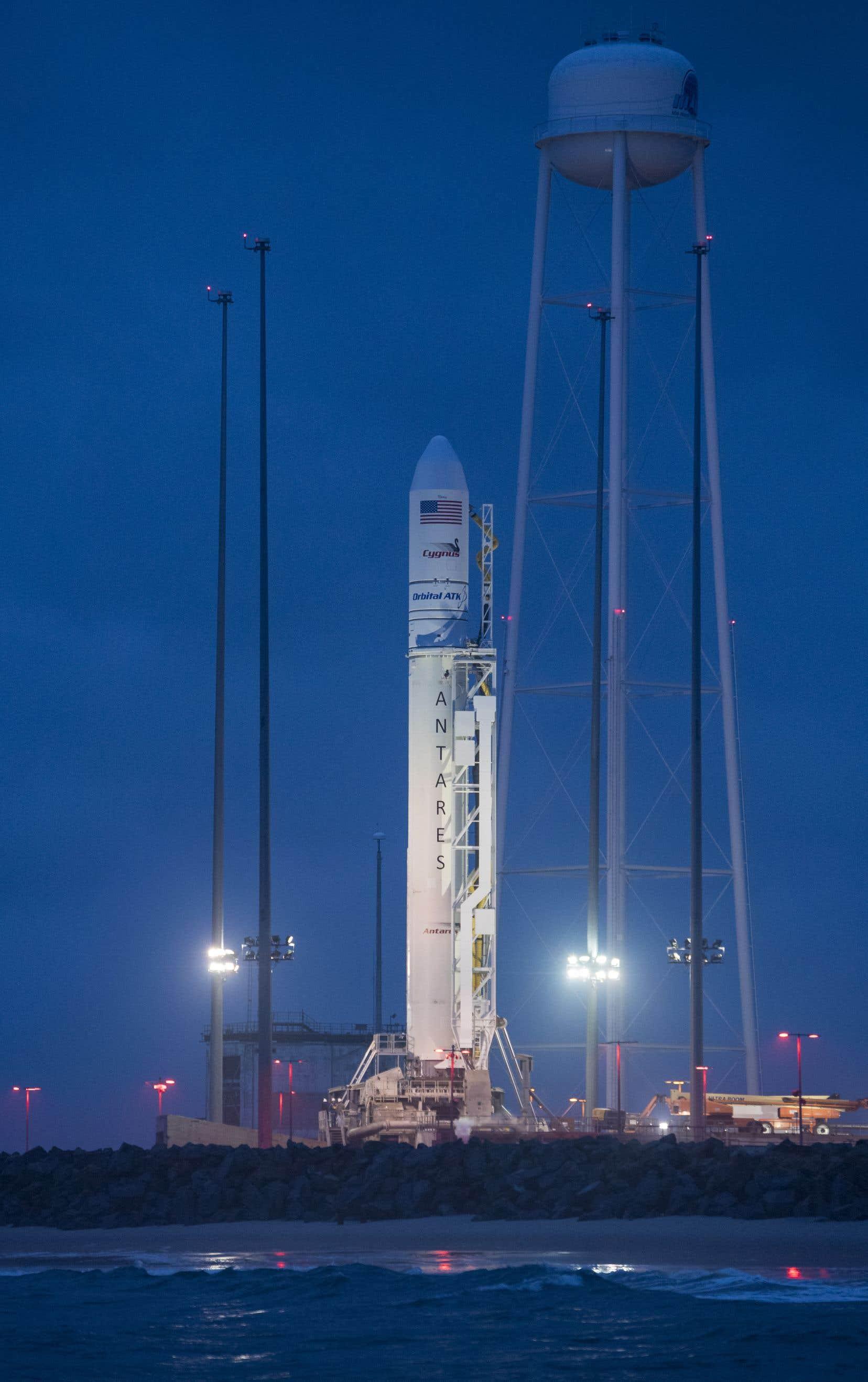 La fusée Antares à deux étages a décollé du centre spatial de Wallops Island lundi matin.