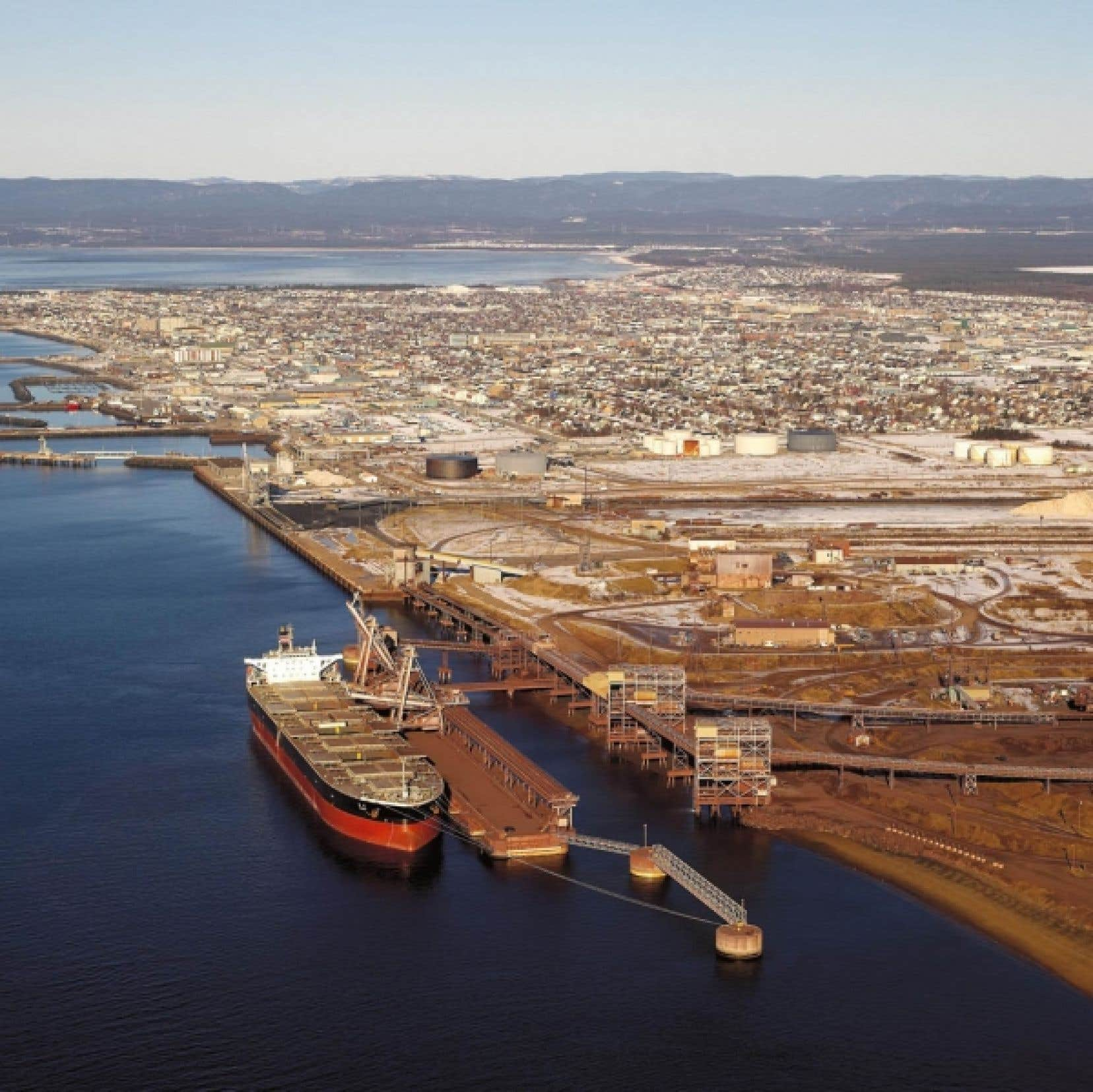 Le port de Sept-Îles aujourd'hui. L'histoire a montré que le développement économique des régions riches en ressources naturelles n'a jamais été un long fleuve tranquille.