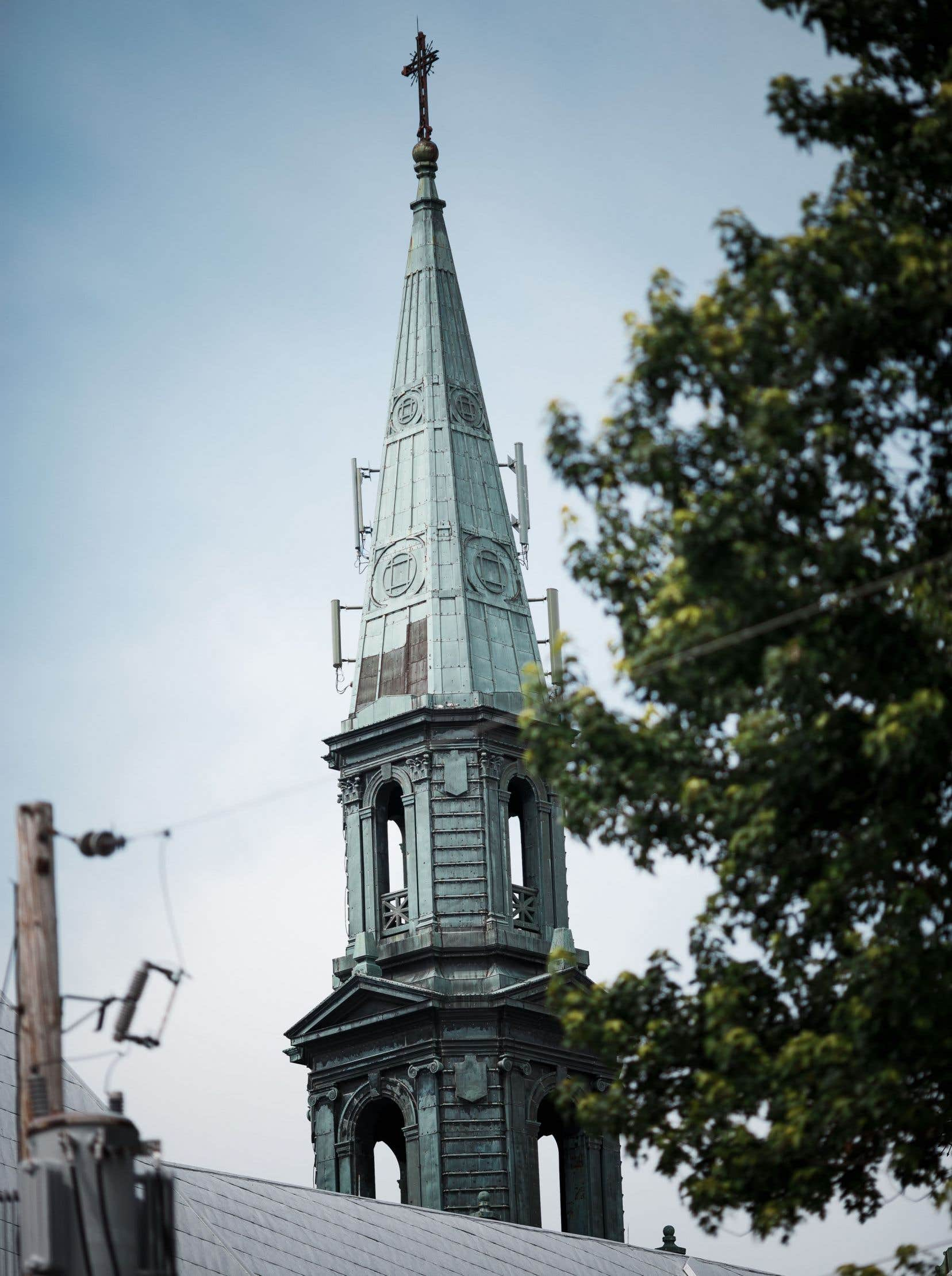 La cloche sert encore à sonner l'angélus qui commande la prière à Marie depuis des siècles et des siècles pour l'Église catholique.