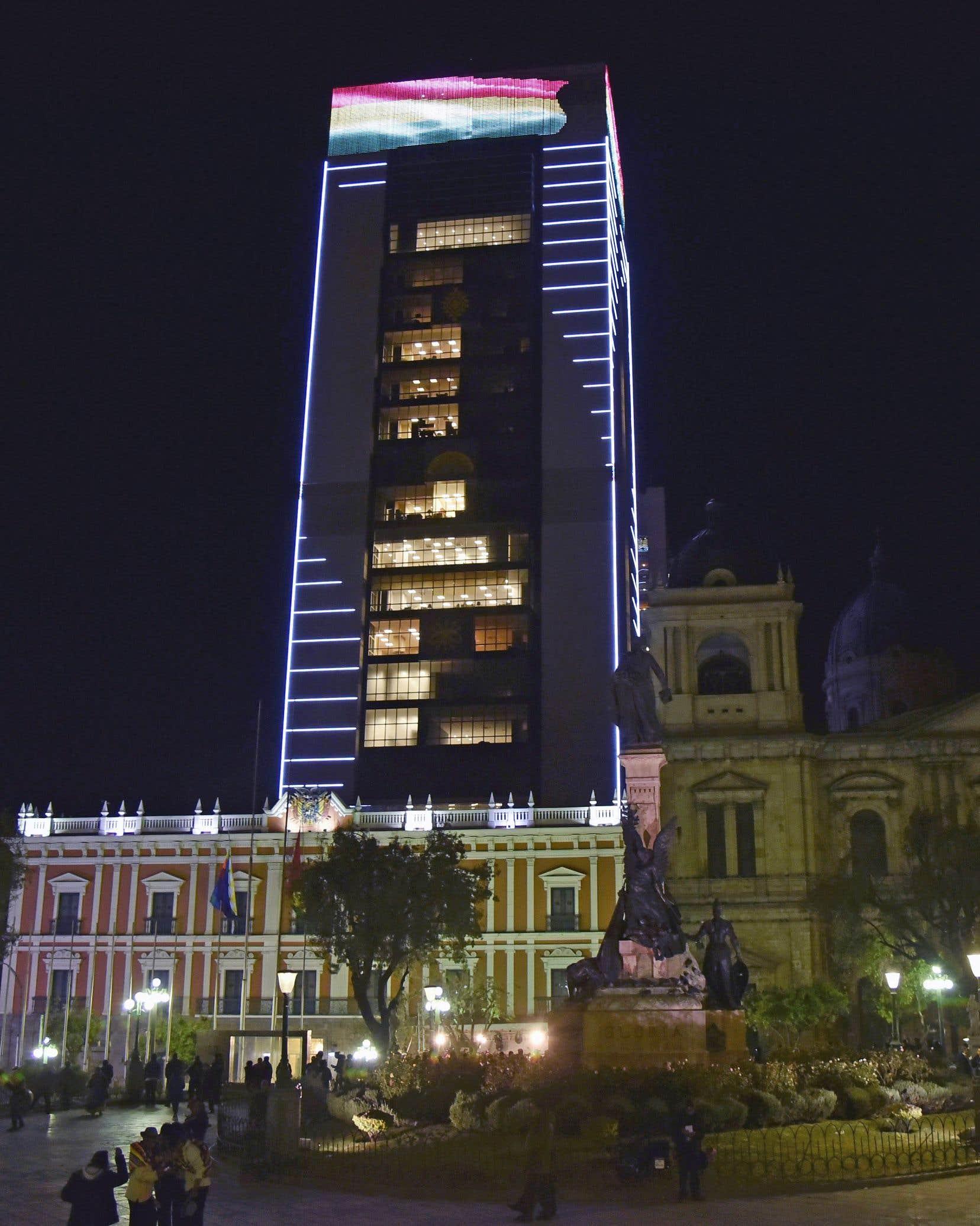Un gratte-ciel de 29 étages flambant neuf, dans le centre historique de LaPaz, la nouvelle résidence d'Evo Morales, président de la Bolivie depuis 12ans, et probable candidat à un quatrième mandat aux élections de 2019, divise la société bolivienne.