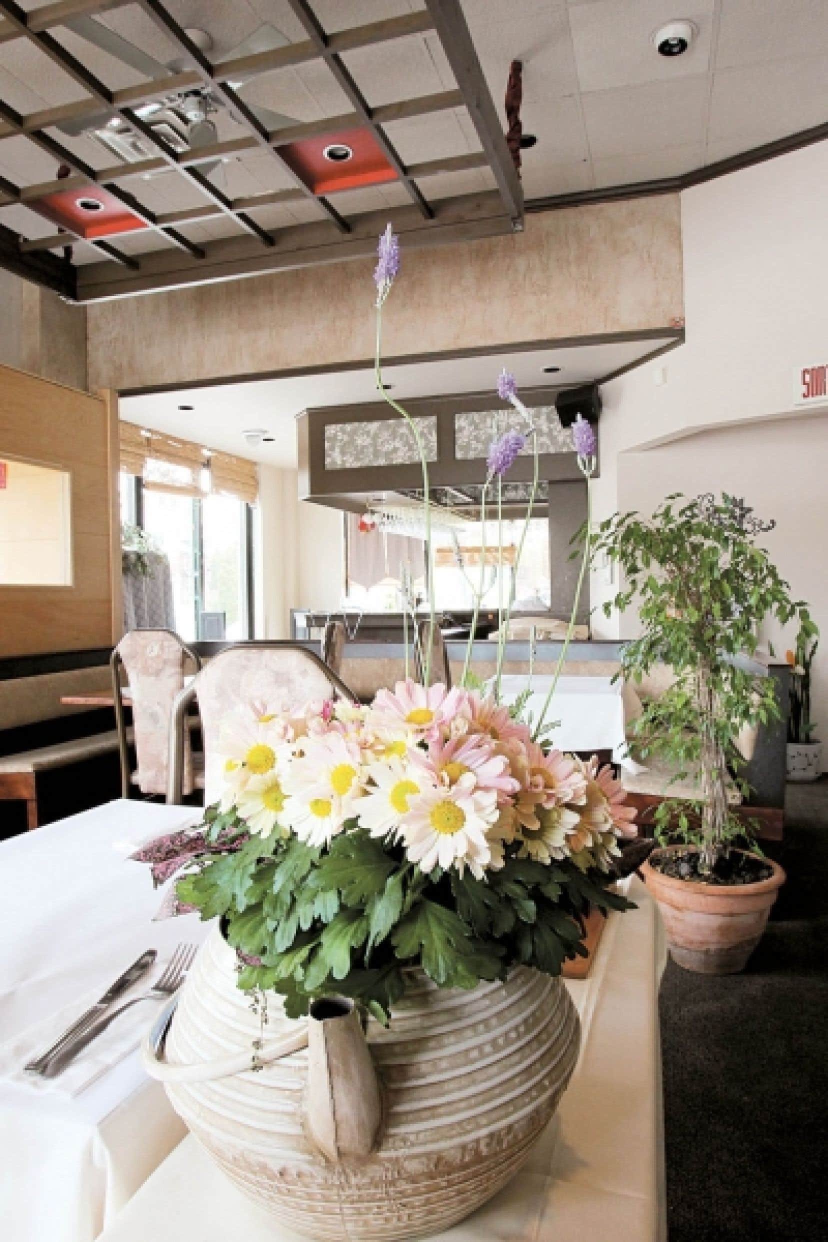 Le décor du restaurant Jogoya, typiquement chinois, rappelle les grandes salles de banquet. On y a volontairement renoncé au permis d'alcool, ce qui permet aux clients d'apporter leur vin ou leur bière.