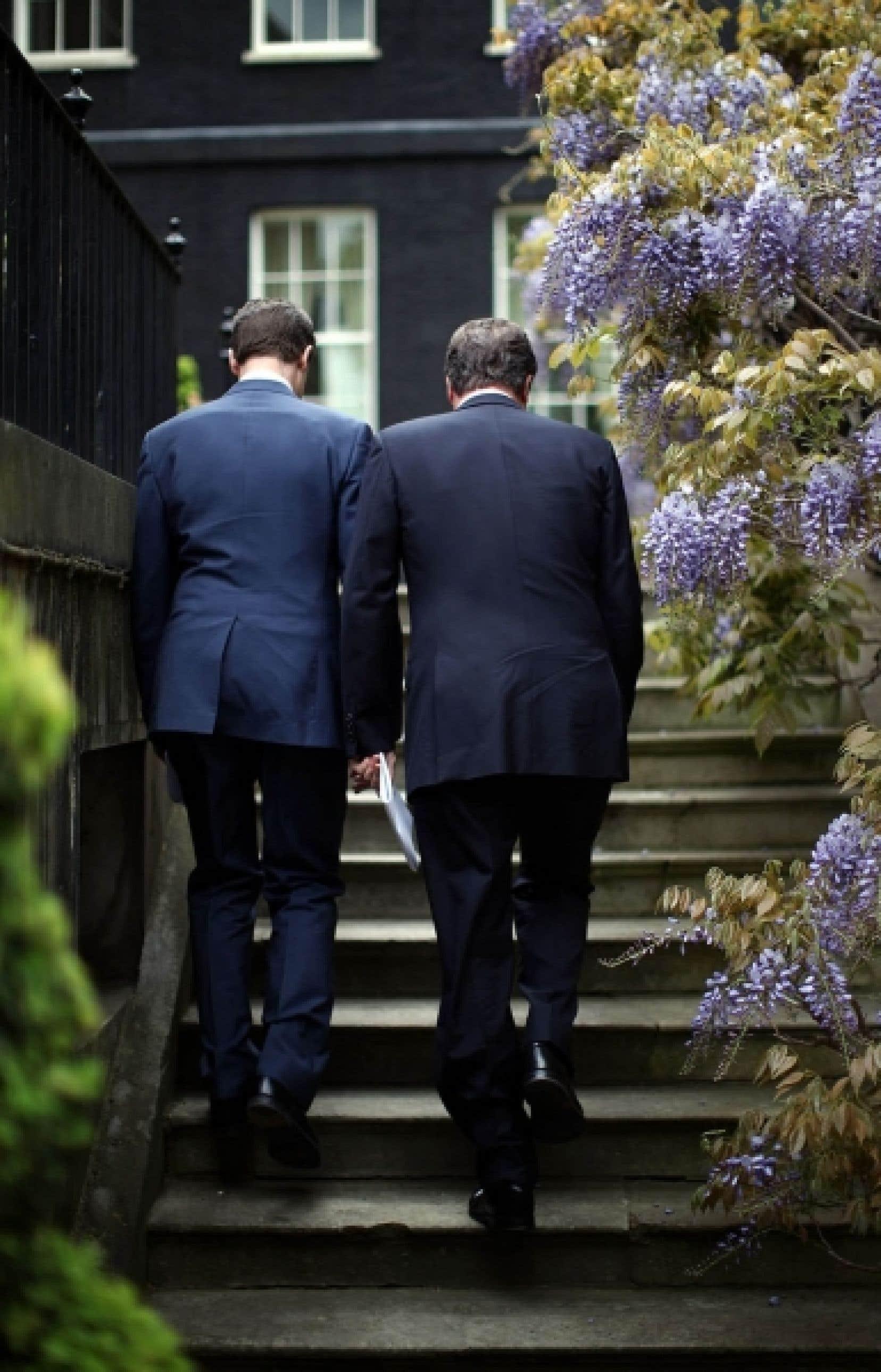 Le nouveau premier ministre britannique, David Cameron, à droite, et  son numéro deux, le libéral-démocrate Nick Clegg, devront apprendre à faire cause commune au cours de cette première coalition britannique depuis la Seconde Guerre mondiale.