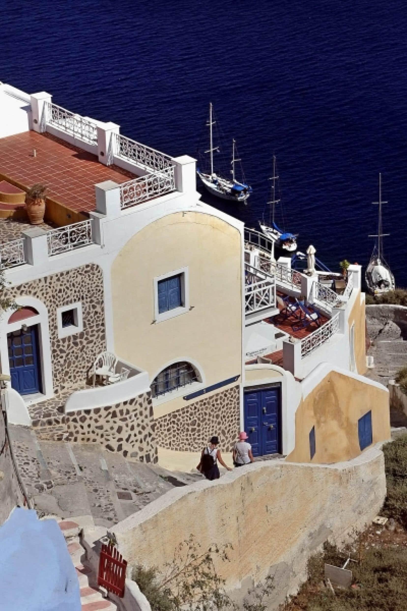 Plusieurs Grecs déclarent avoir des revenus modestes, et pourtant ils habitent des résidences somptueuses, ont un bateau amarré au quai, et une piscine qu'ils essaient de dérober au regard des inspecteurs du ministère du Revenu.