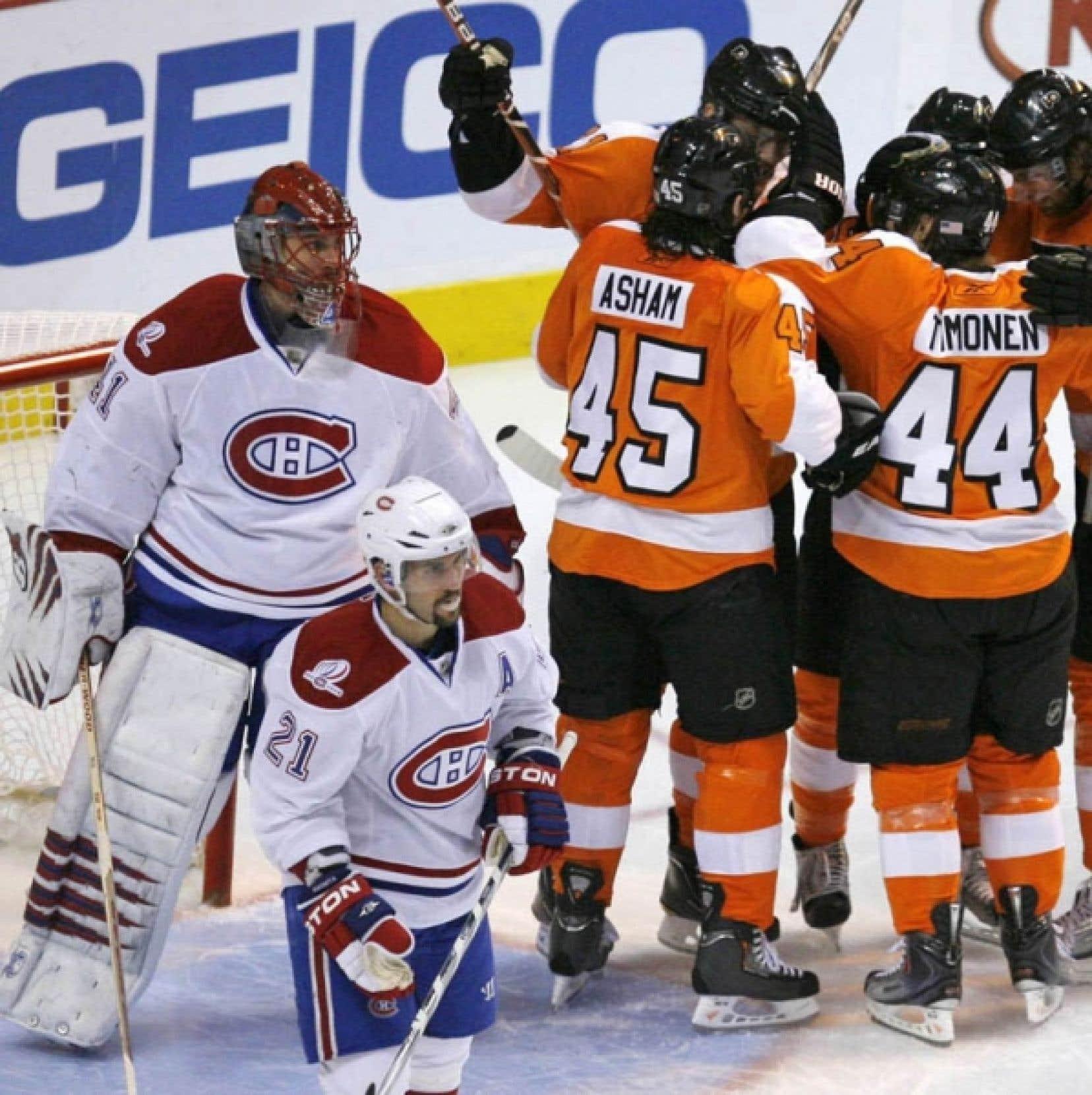 Les joueurs des Flyers célébrant l'un de leurs buts tout près de Jaroslav Halak et de Brian Gionta, en deuxième période, hier, à Philadelphie. Halak a dû céder sa place à son coéquiper Carey Price.
