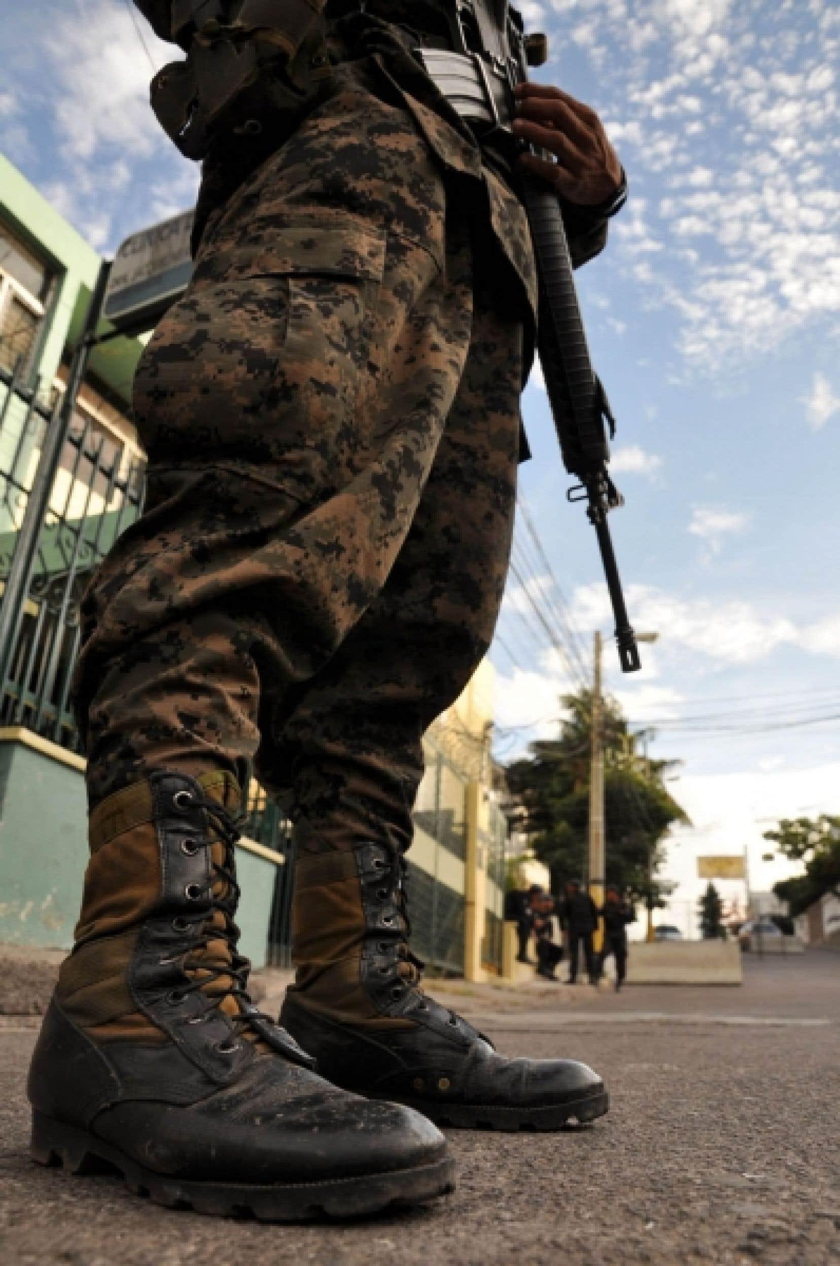 Soldat hondurien dans les rues de Tegucigalpa<br />