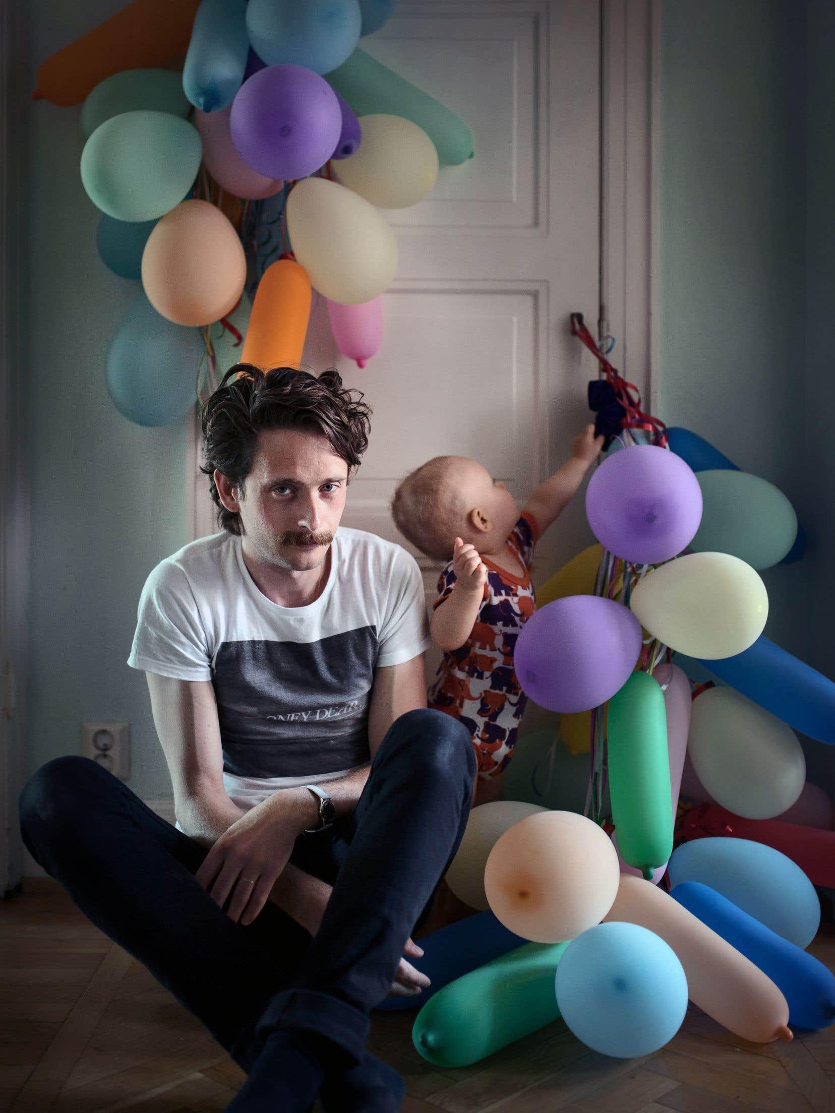 Fredric Janson, un ingénieur de 34 ans, a décidé de prendre un congé parental avec son fils Ossian. Il partage ce congé de façon équitable avec sa conjointe.