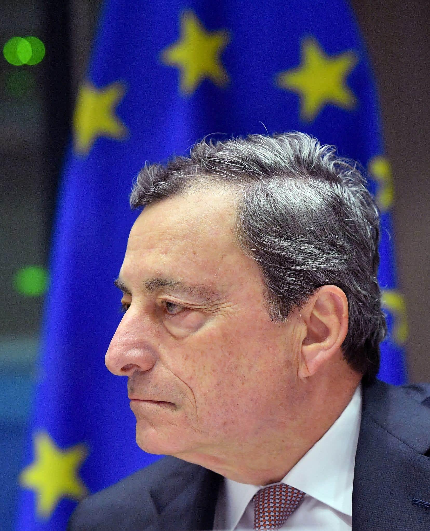 «Quand vous êtes dans le noir, vous faites de petits pas. Vous ne courez pas, mais vous bougez», a commenté le président de l'institution, Mario Draghi.