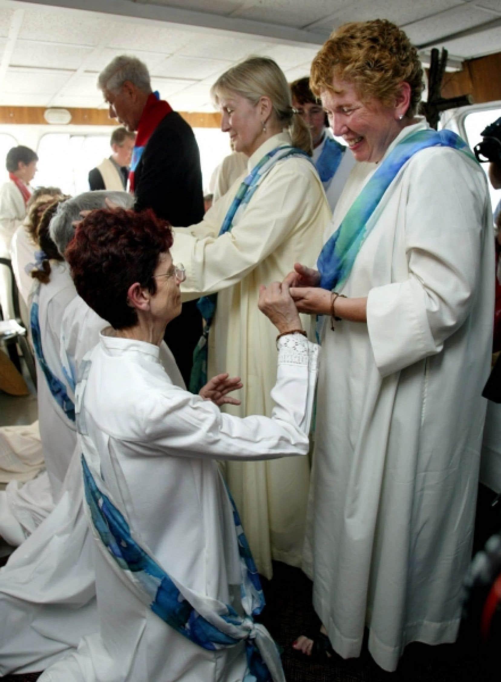 Michele Birch-Conery (à gauche) a été parmi les premières Canadiennes a avoir été ordonnées. Elle avait reçu ce sacrement en 2005 à bord d'un bateau dans les eaux internationales du golfe du Saint-Laurent.<br />