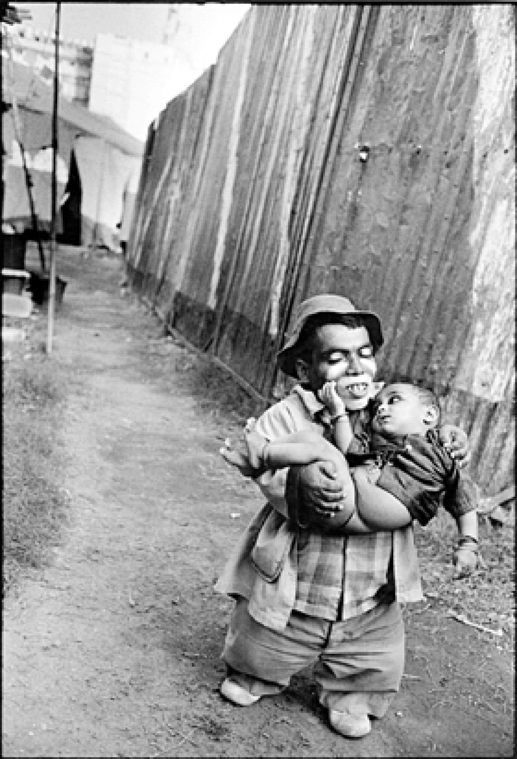 Usman portant son fils, Jumbo Circus, Bombay, 1992, photo de Mary Ellen Mark