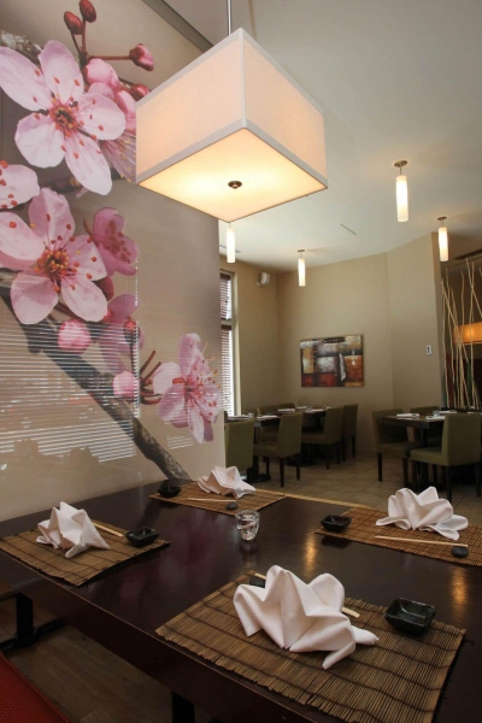 Si le restaurant Niji présente un style zen, il demeure très contemporain avec ses comptoirs circulaires modernes, le décor lumineux, des tables bien mises et d'apparat. <br />