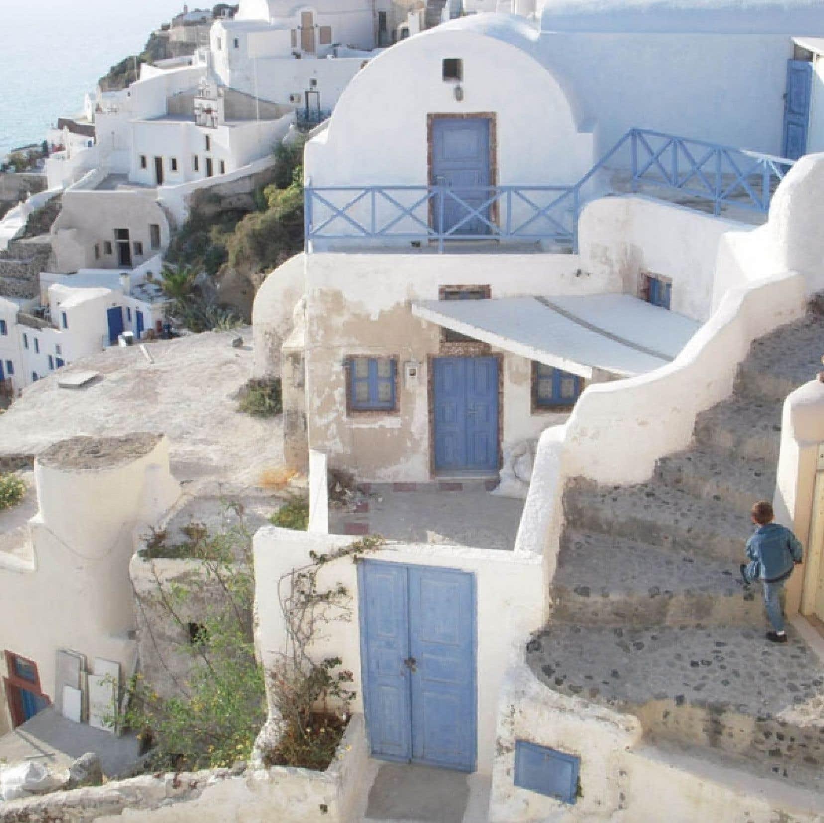 Santorin: les rues d'Oia serpentent entre les maisons.<br />