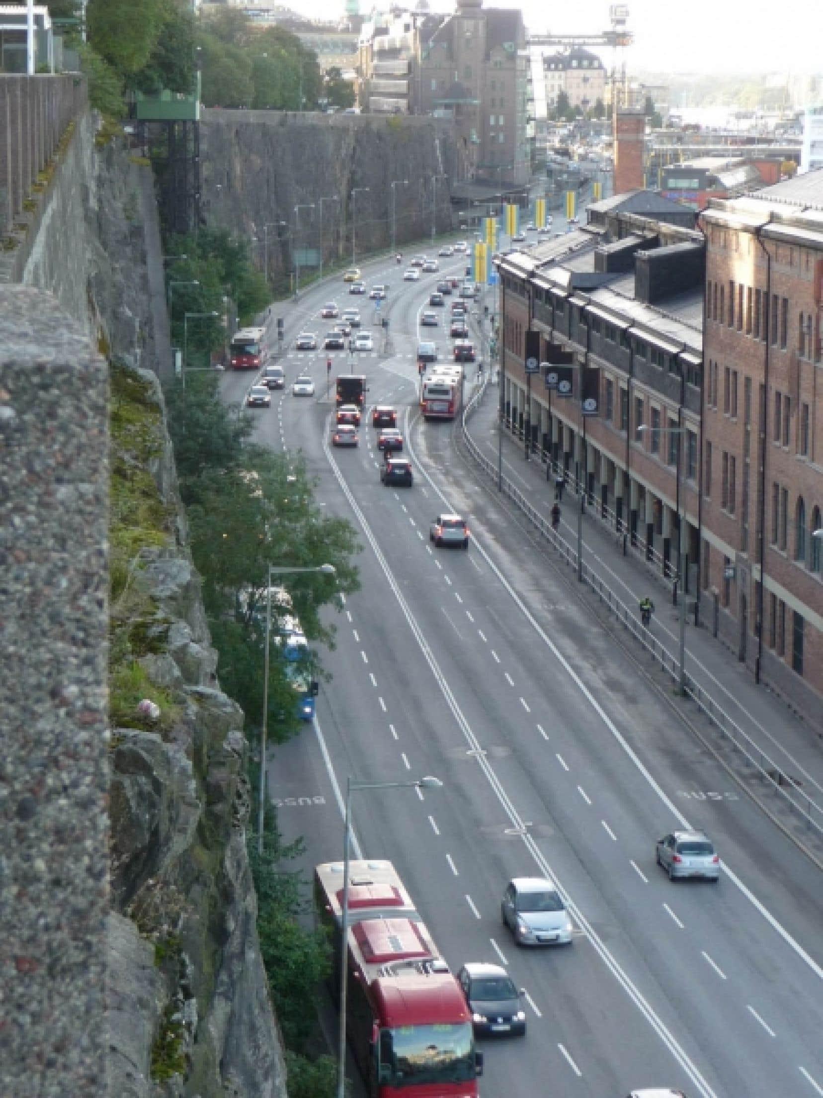 La circulation à Stockholm sur un grand boulevard qui longe la mer, à 17h30, un lundi
