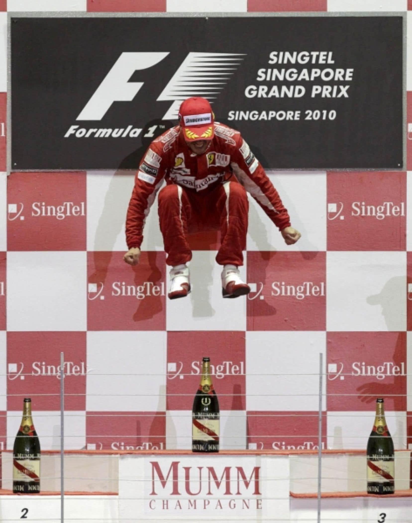 Fernando Alonso sautant de joie à l'issue de sa victoire hier au Grand Prix de Singapour.<br />