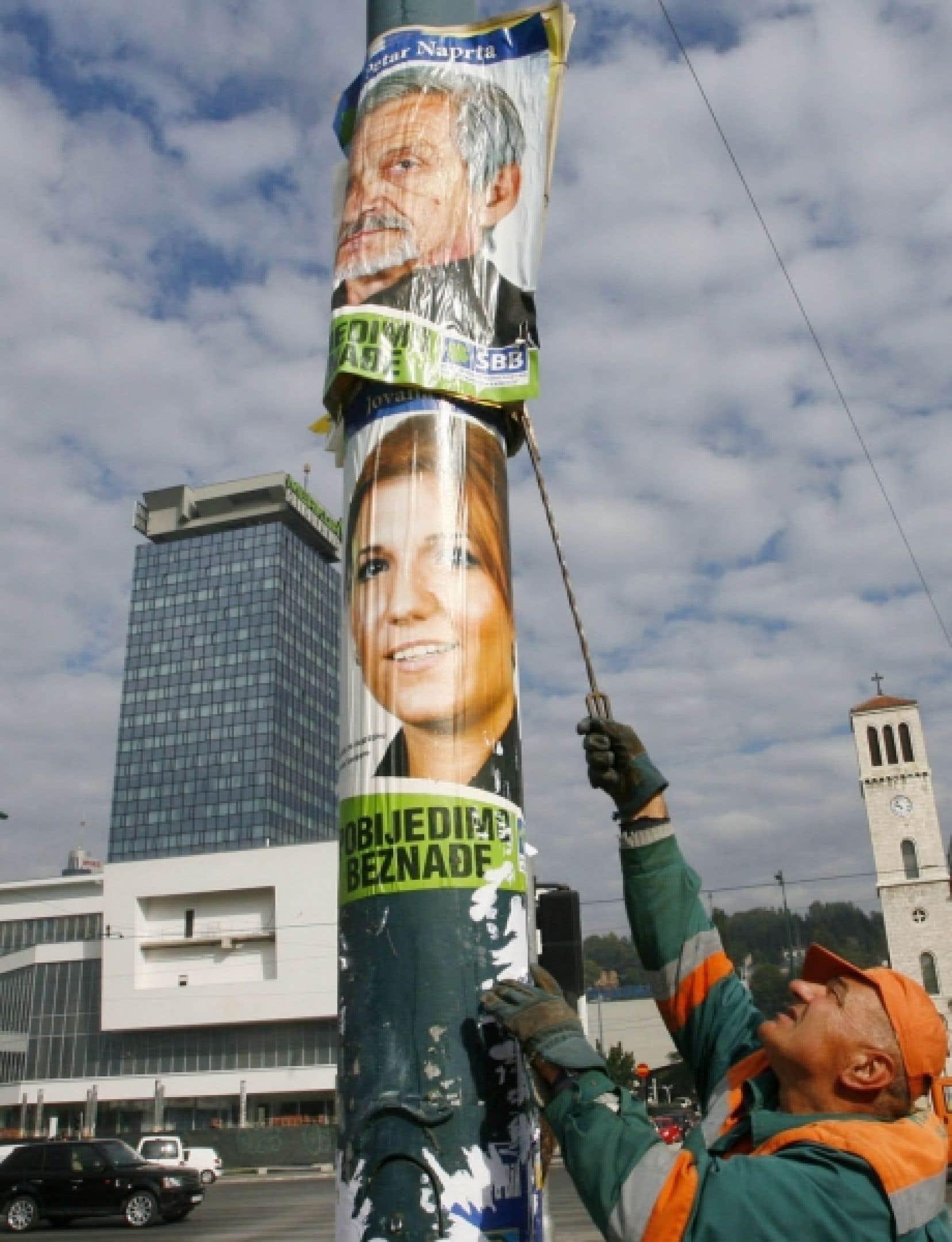 On s'affairait déjà à retirer les affiches électorales hier, à Sarajevo.<br />