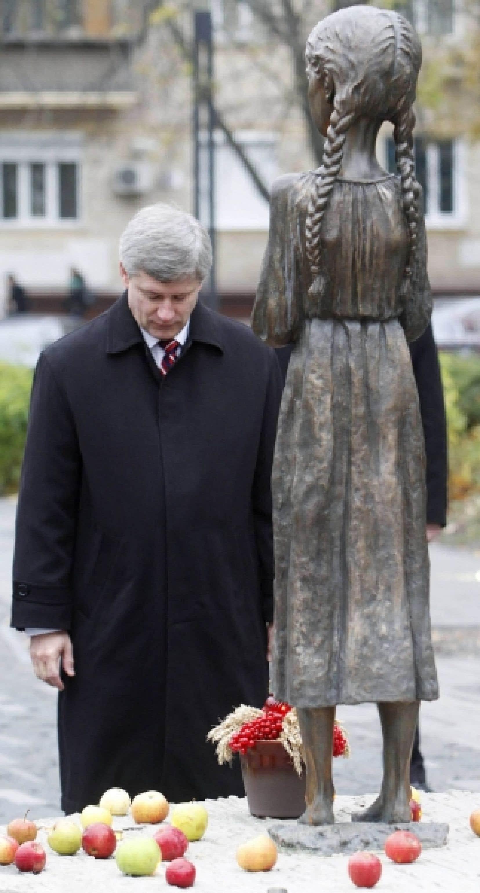 En visite officielle en Ukraine, le premier ministre Stephen Harper a déposé un pot de grains au pied de la statue de bronze d'une jeune fille émaciée. Le monument a été érigé à la mémoire des millions de personnes qui sont mortes affamées dans les années 1930, sous le régime soviétique.<br />