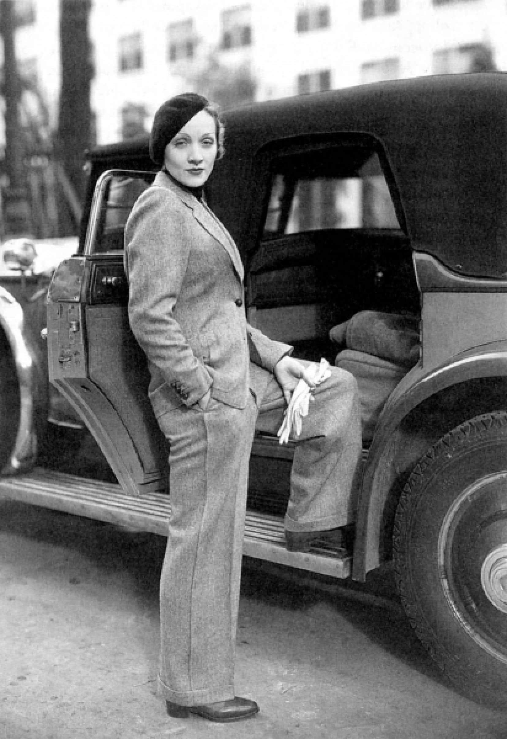 Marlene Dietrich, ici en janvier 1933, contribua à érotiser le pantalon, un vêtement longtemps associé à l'homme.<br />