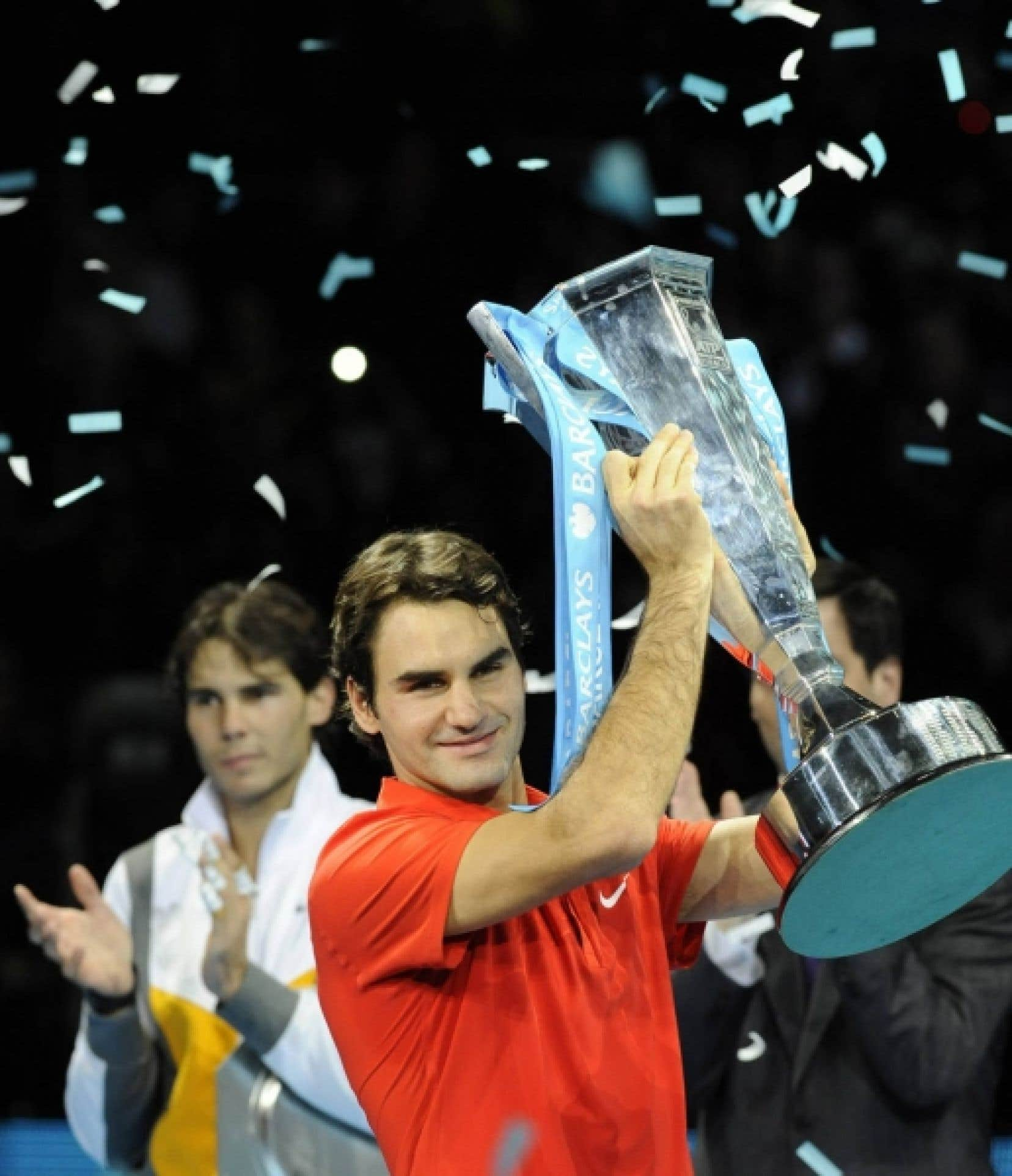 Roger Federer avec son trophée, applaudi par Rafael Nadal<br />