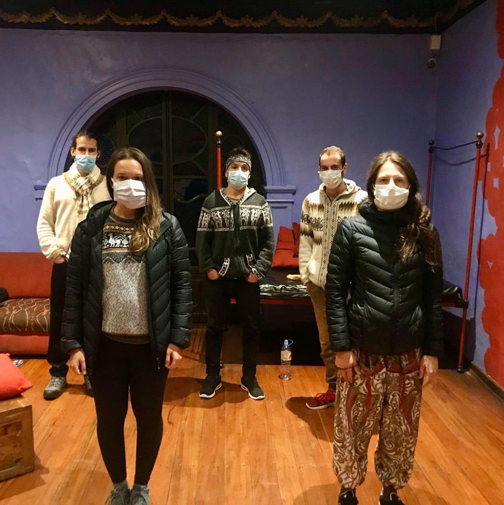 Parmi les neuf Canadiens confinés au Pariwana Hostel, cinq sont Québécois. Ils ont l'obligation de se déplacer avec un masque à l'intérieur de l'établissement.