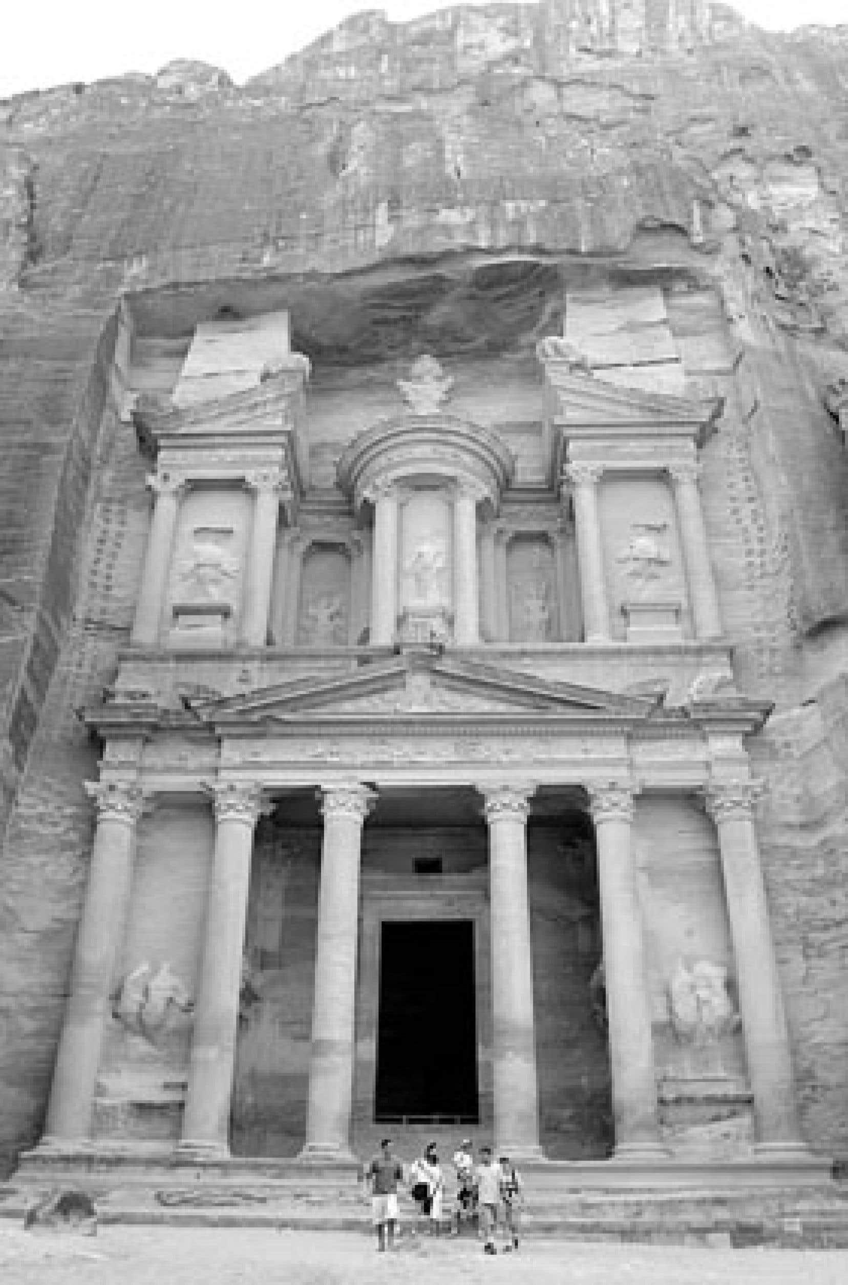 En Jordanie, le tombeau de Khaznah, d'une hauteur de 40 mètres est le monument le plus célèbre de Pétra. Son architecture a été sculptée à même la roche par les nomades nabétiens.