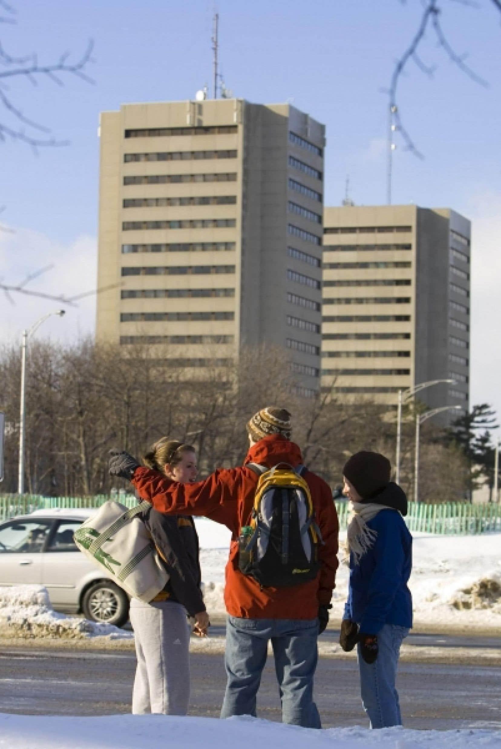 Les étudiants québécois n'accèdent pas directement à l'université à la fin de leurs études secondaires; ils passent par le «filtre» des cégeps. Cela explique peut-être en partie pourquoi ils ne sont pas plus nombreux à s'inscrire aux études universitaires, malgré des droits de scolarité moins élevés qu'ailleurs au Canada. Ci-dessus, l'Université Laval. <br />