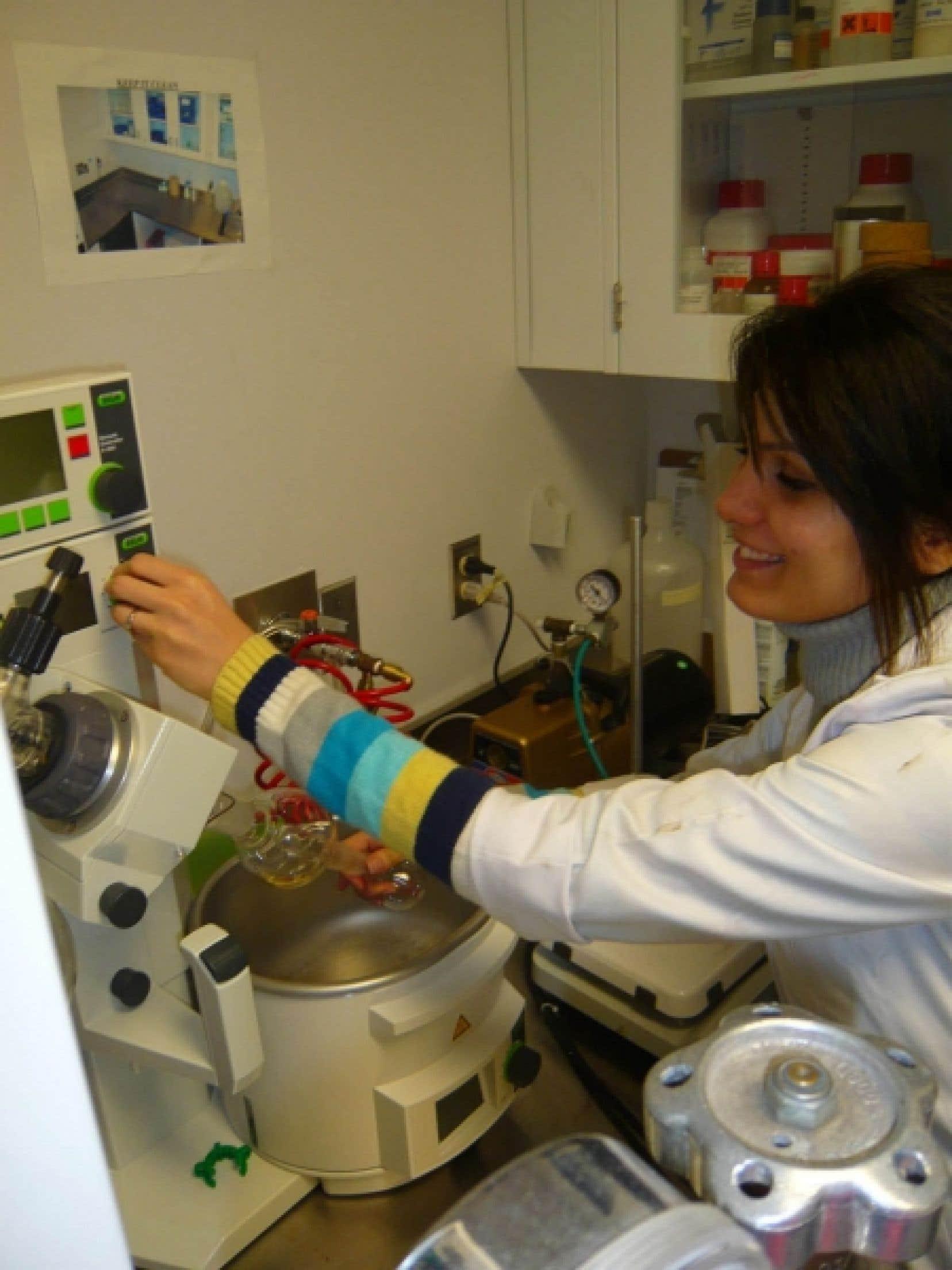 Le laboratoire de nanorobotique attire des chercheurs issus de l'extérieur du pays. C'est le cas de Samira Taherkhani, arrivée de l'Iran l'an dernier pour faire son doctorat avec le professeur Sylvain Martel.