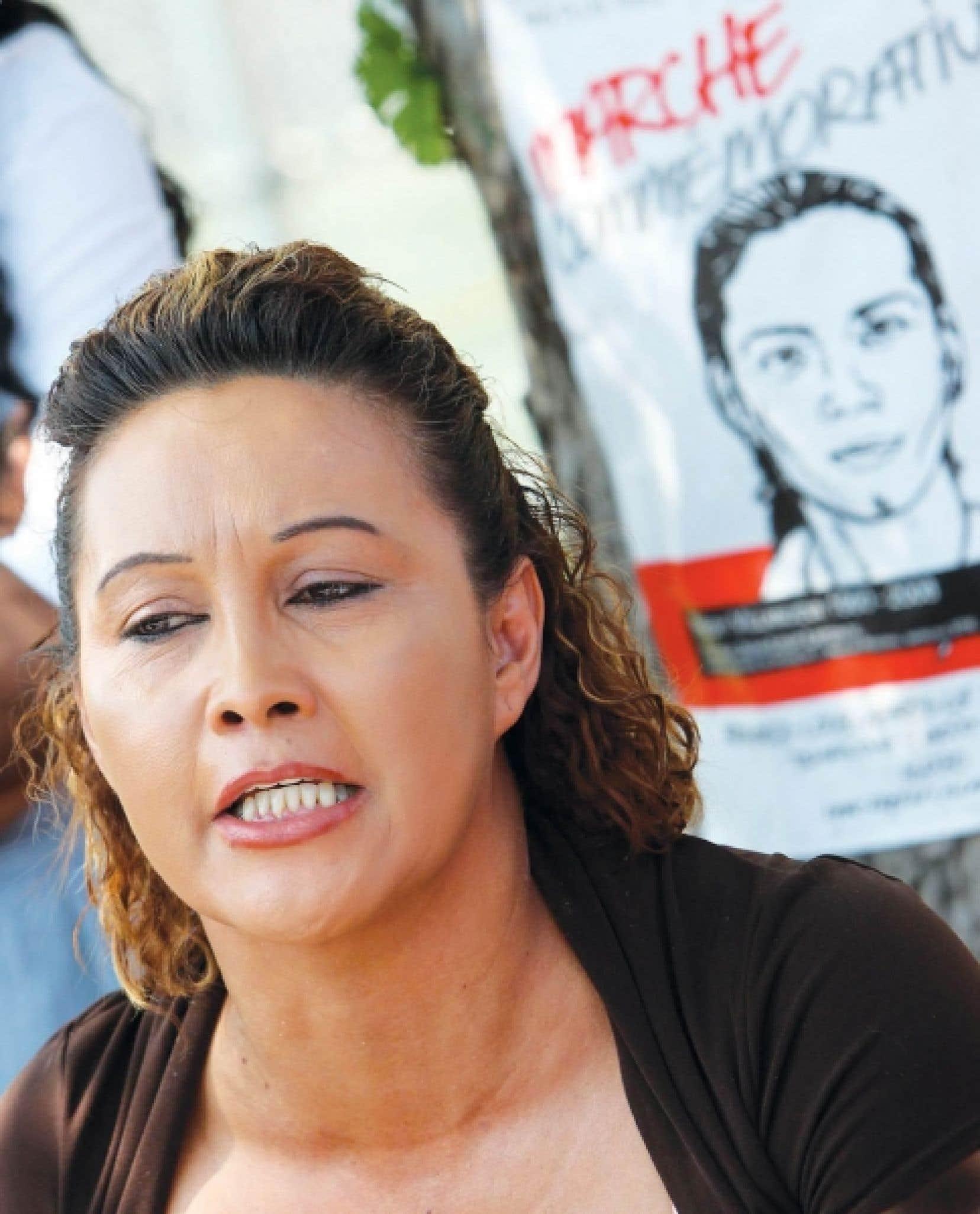 Lilian Villanueva photographiée lors d'une marche soulignant le deuxième anniversaire de la mort de son fils Fredy, en août dernier. L'enquête du coroner sur ce décès a pris fin hier.<br />