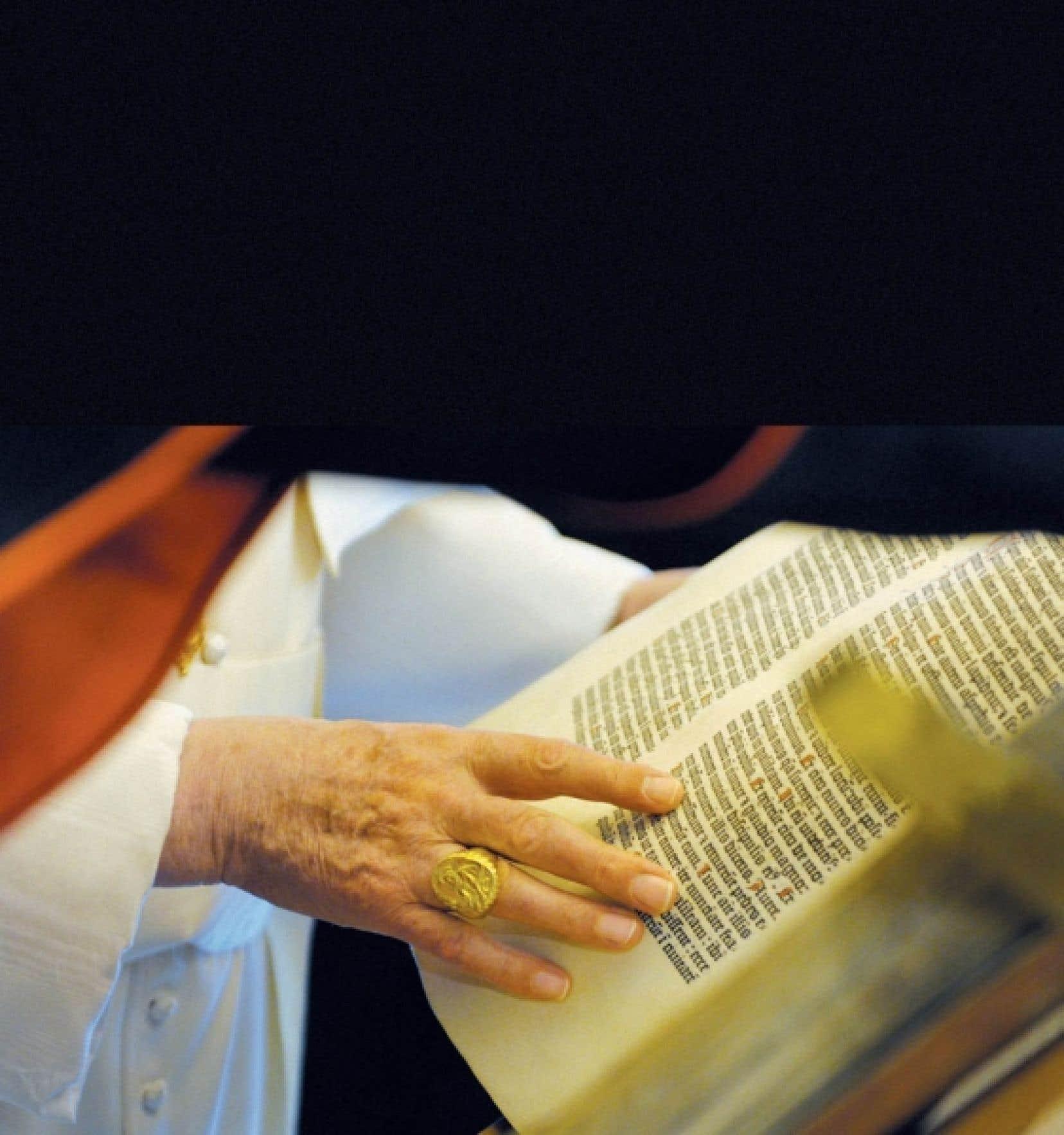 Le pape Benoît XVI feuillette un des innombrables documents de la bibliothèque du Vatican.