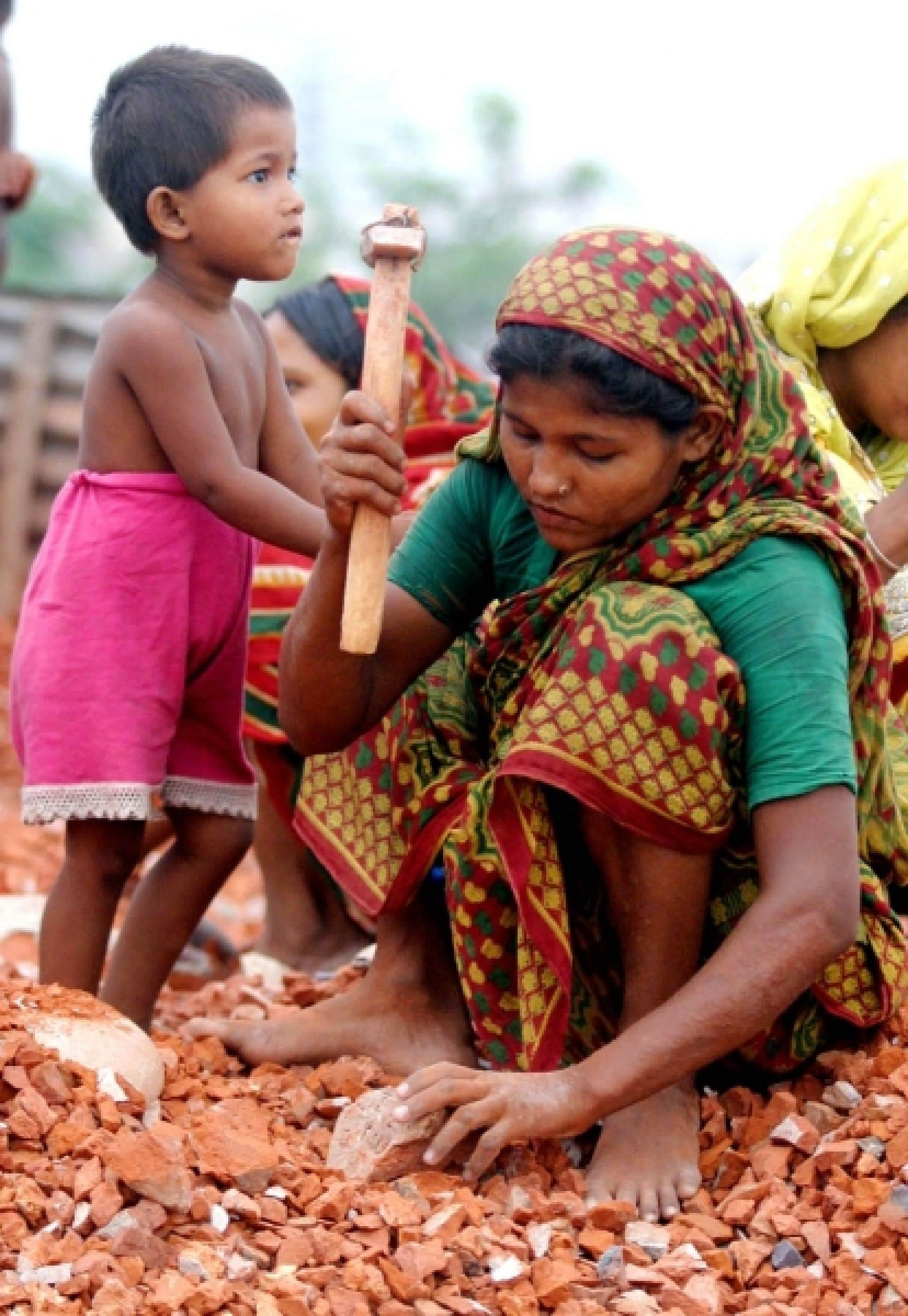 Femme travaillant dans une briqueterie au Bangladesh. Les femmes pauvres peuvent être considérées comme le «paradigme de l'humanité blessée et des écosystèmes menacés».