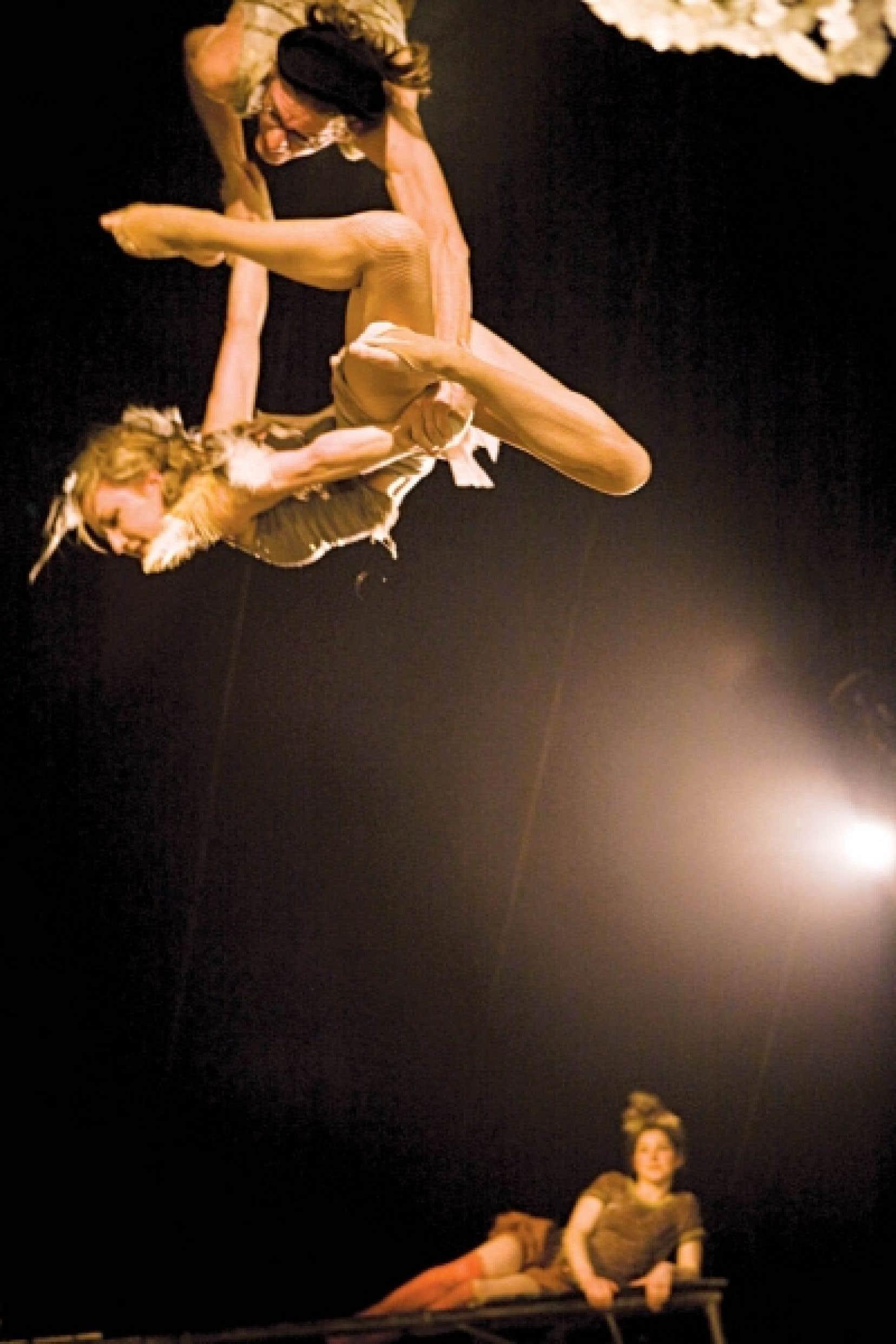 Des acrobates de la famille française Rasposo, dont le spectacle sera présenté tout au long du festival Montréal complètement cirque.<br />