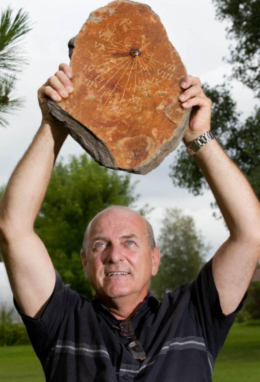 Michel Marchand est un artisan cadranier, fou d'astronomie et d'instruments de navigation anciens.
