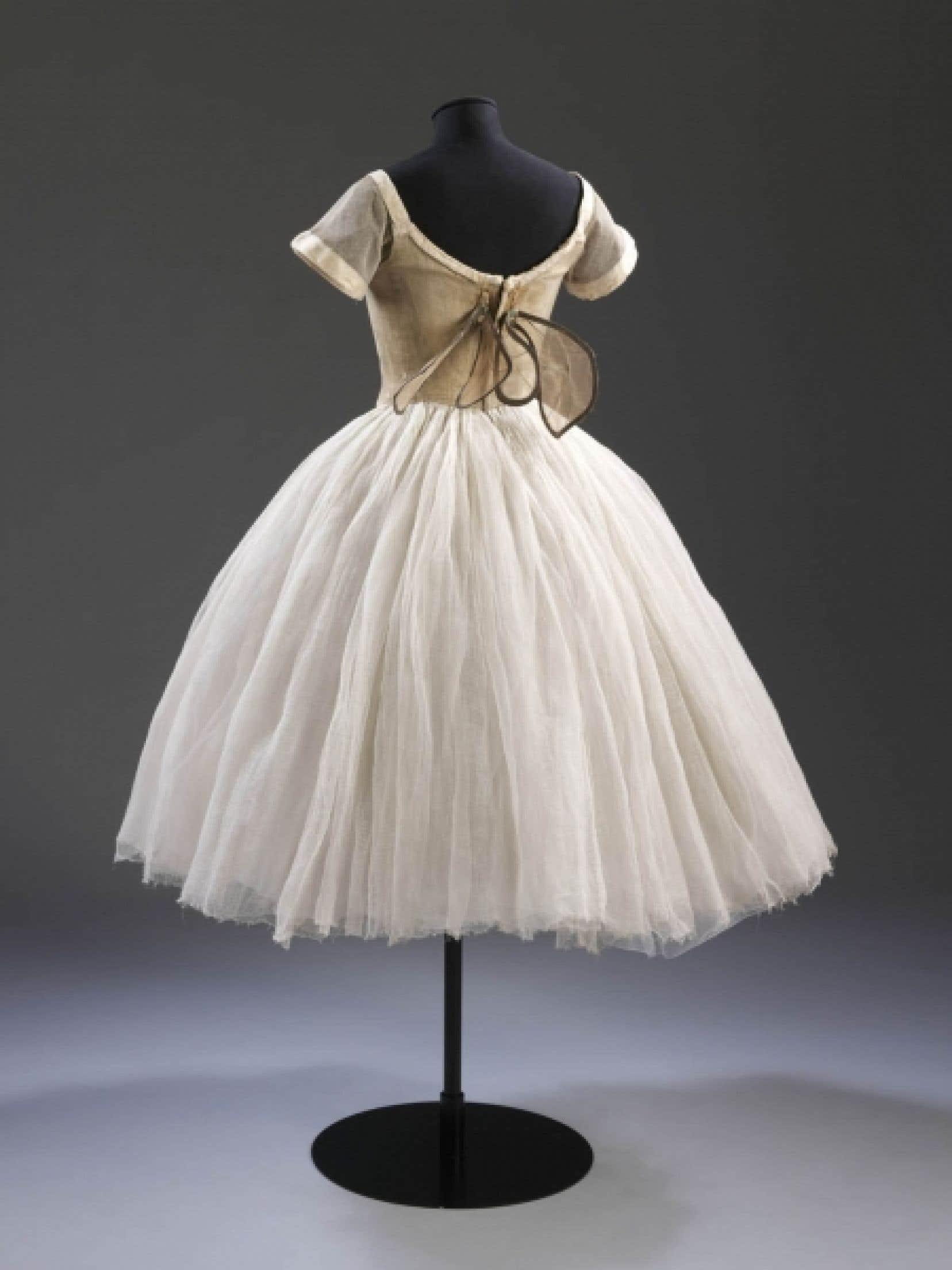Costume de Sylphide, conçu par Alexandre Benois (1870-1960), porté par Lydia Lopokova, vers 1916. Soie, coton et tarlatane, armature métallique pour les ailes. (V&A: S.874, 1980)<br />