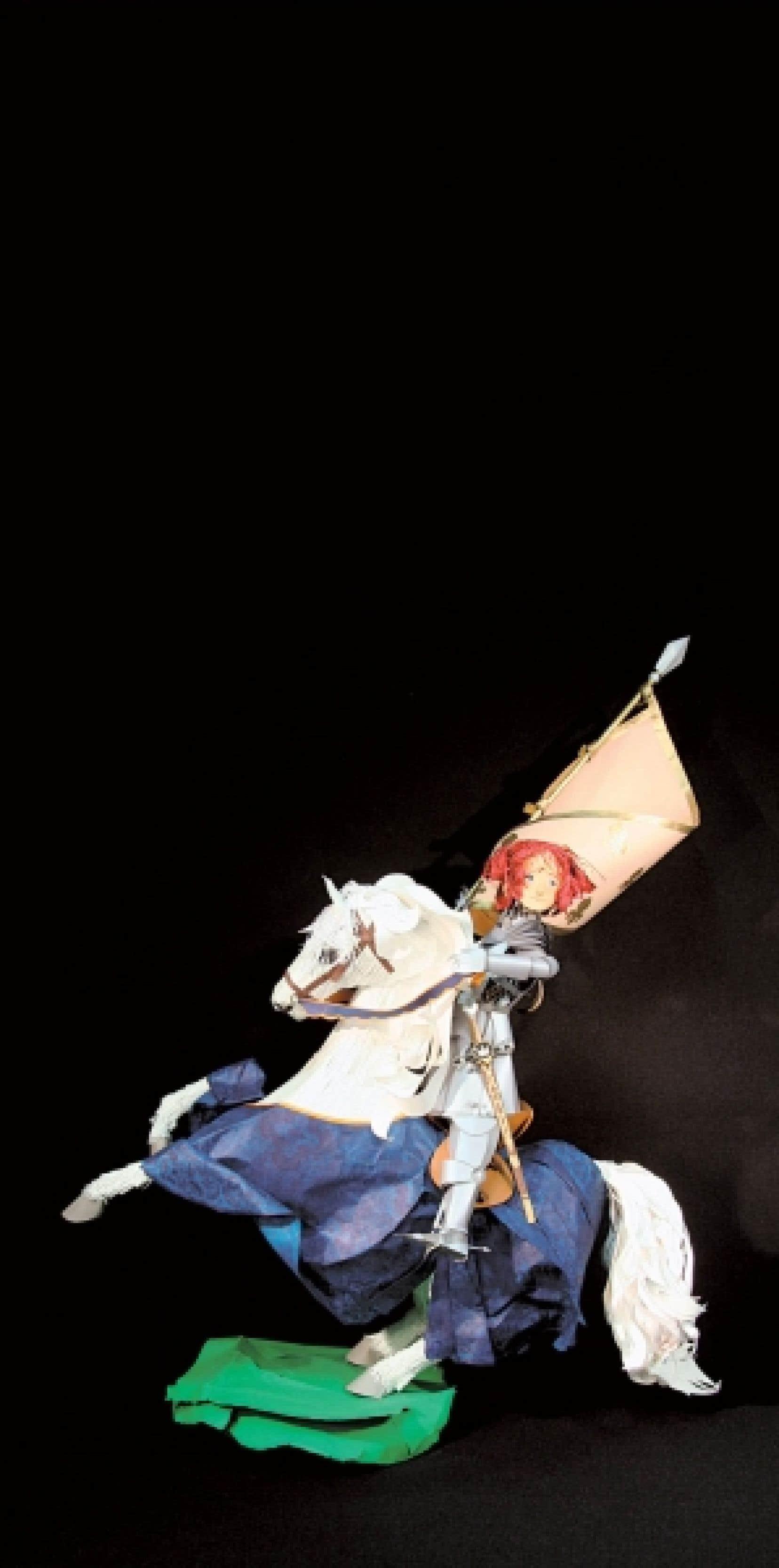 Une Jeanne d'Arc de papier, rousse et triomphante, sur son cheval de combat.<br />