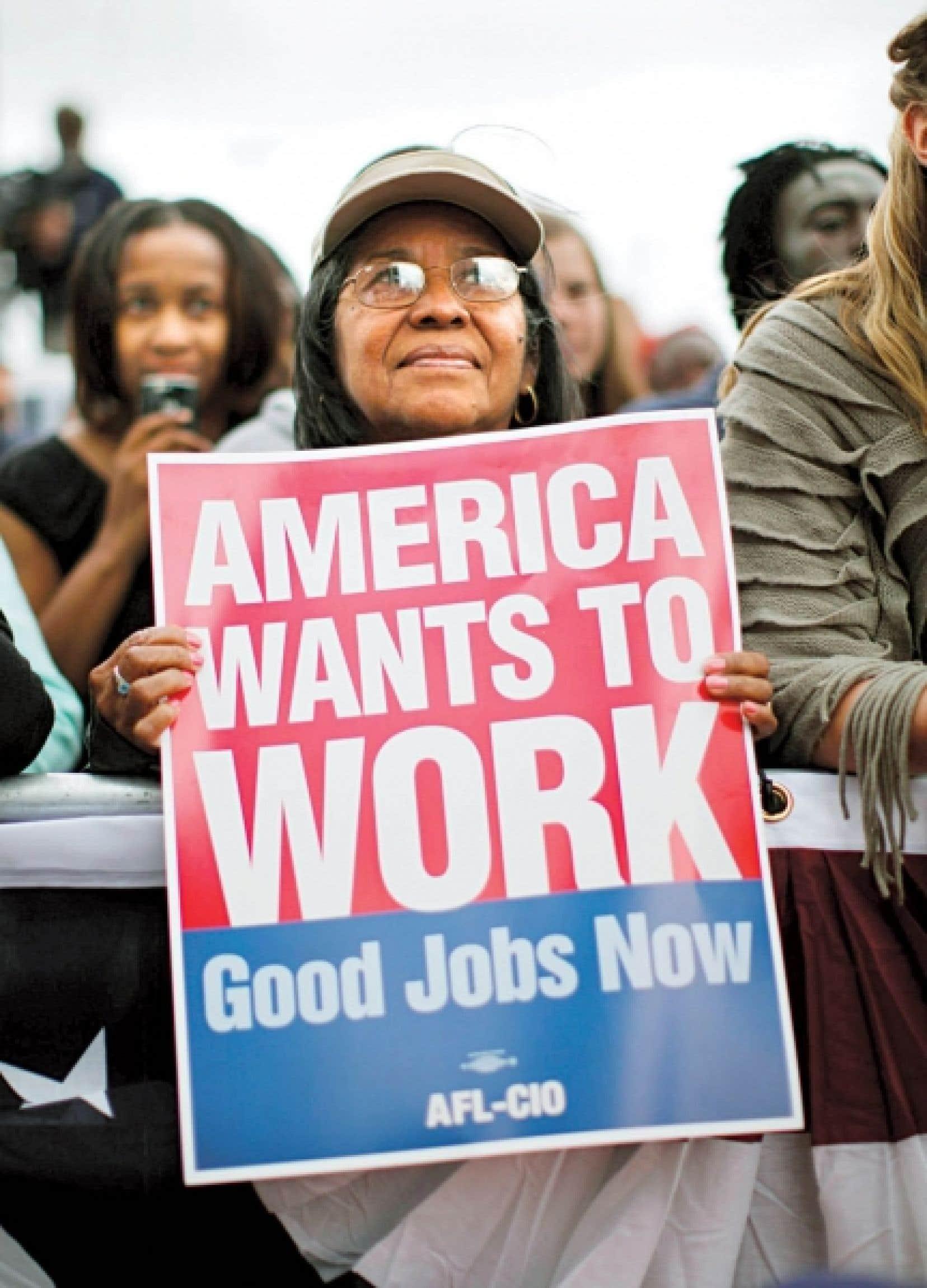 Une femme, qui assistait lundi à un discours que prononçait Barack Obama à l'occasion de la fête du Travail, brandissait une pancarte disant que «l'Amérique veut travailler».<br />