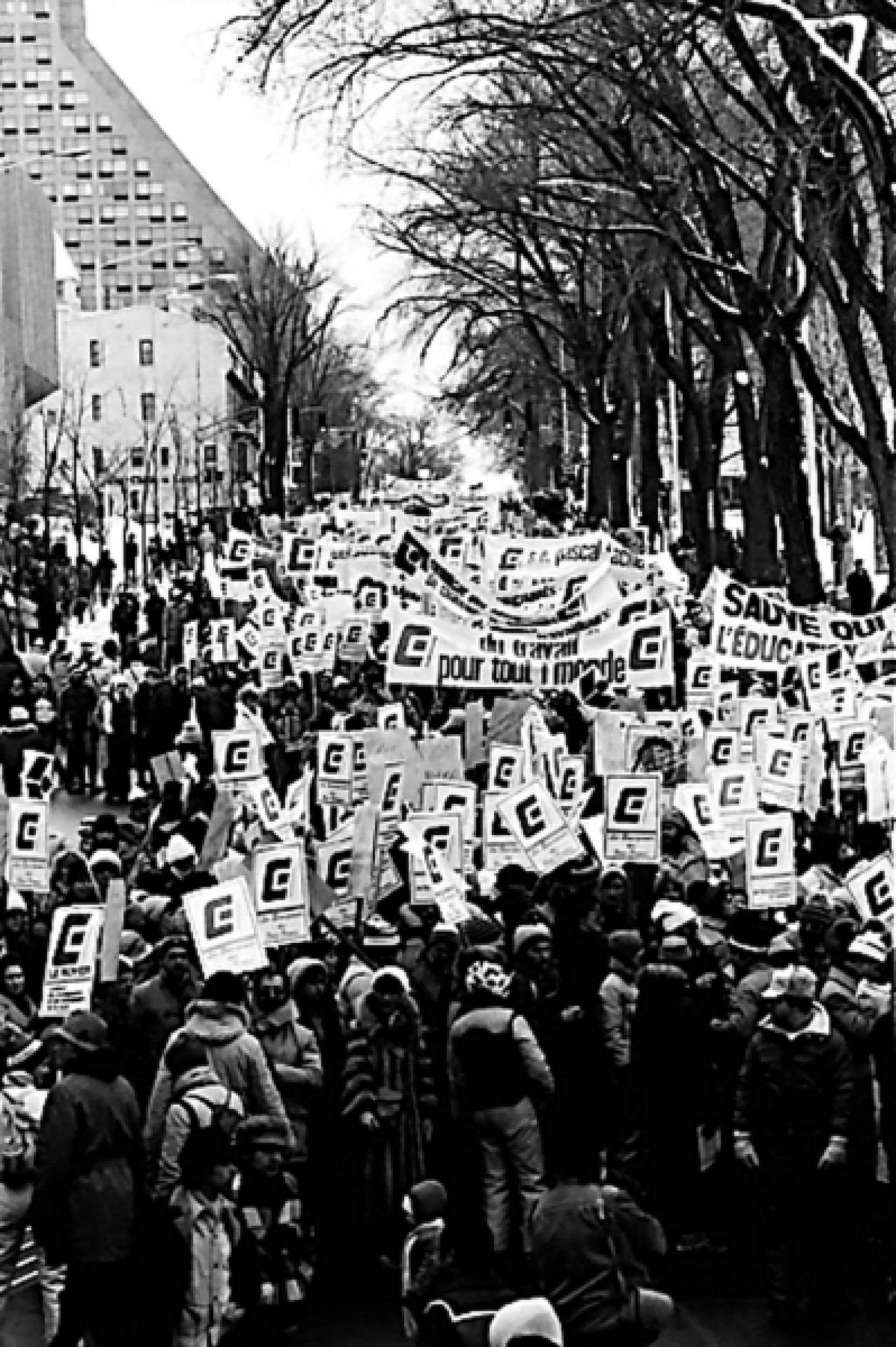 Manifestation contre la loi 111 en 1983, qui force le retour au travail des eneignants en grève avec de lourdes pénalités.