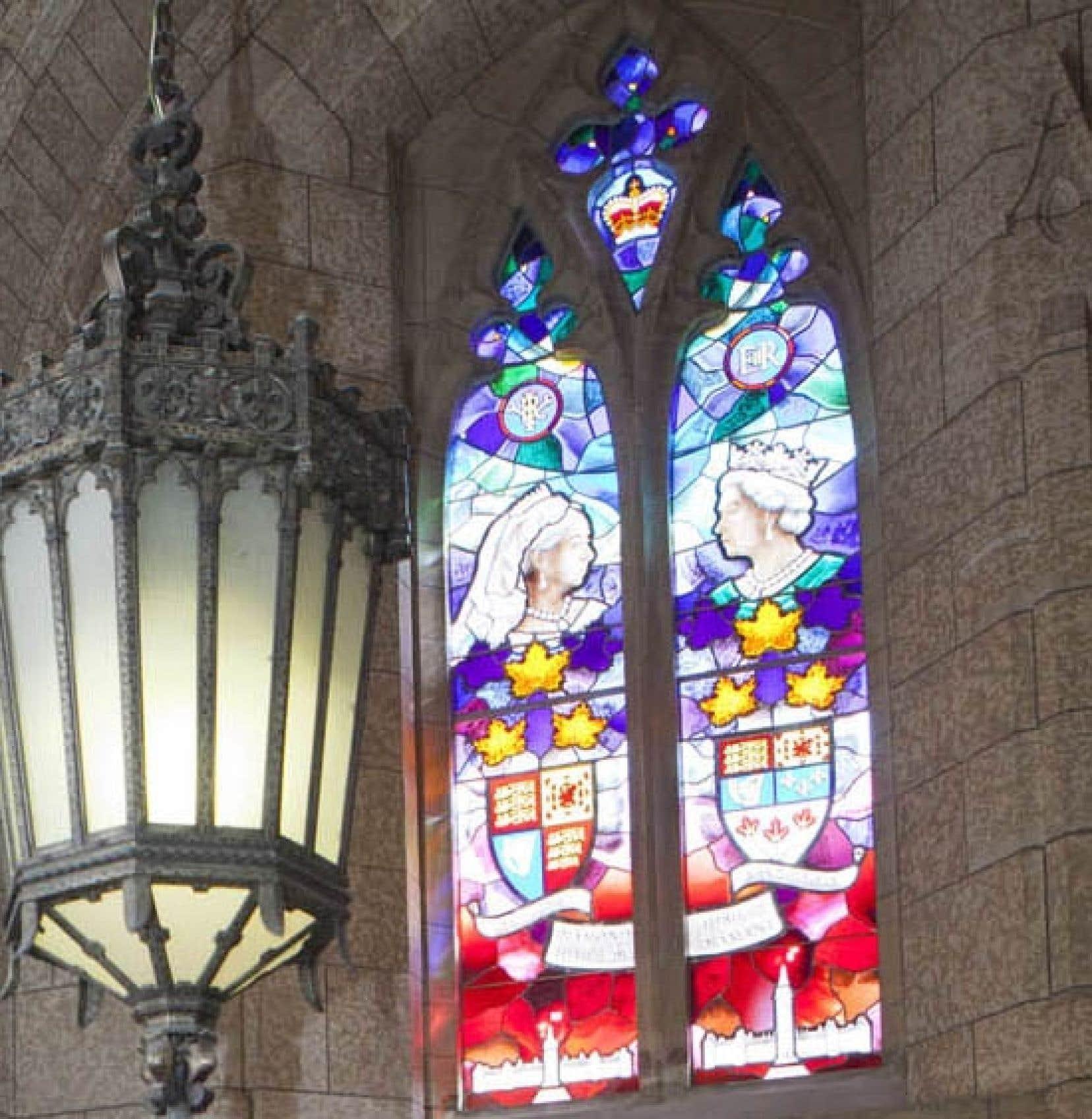L'artiste Christopher Goodman indique que son vitrail consacré à la royauté britannique a été terminé il y a un an. Le gouvernement Harper l'a installé en catimini il y a deux semaines.