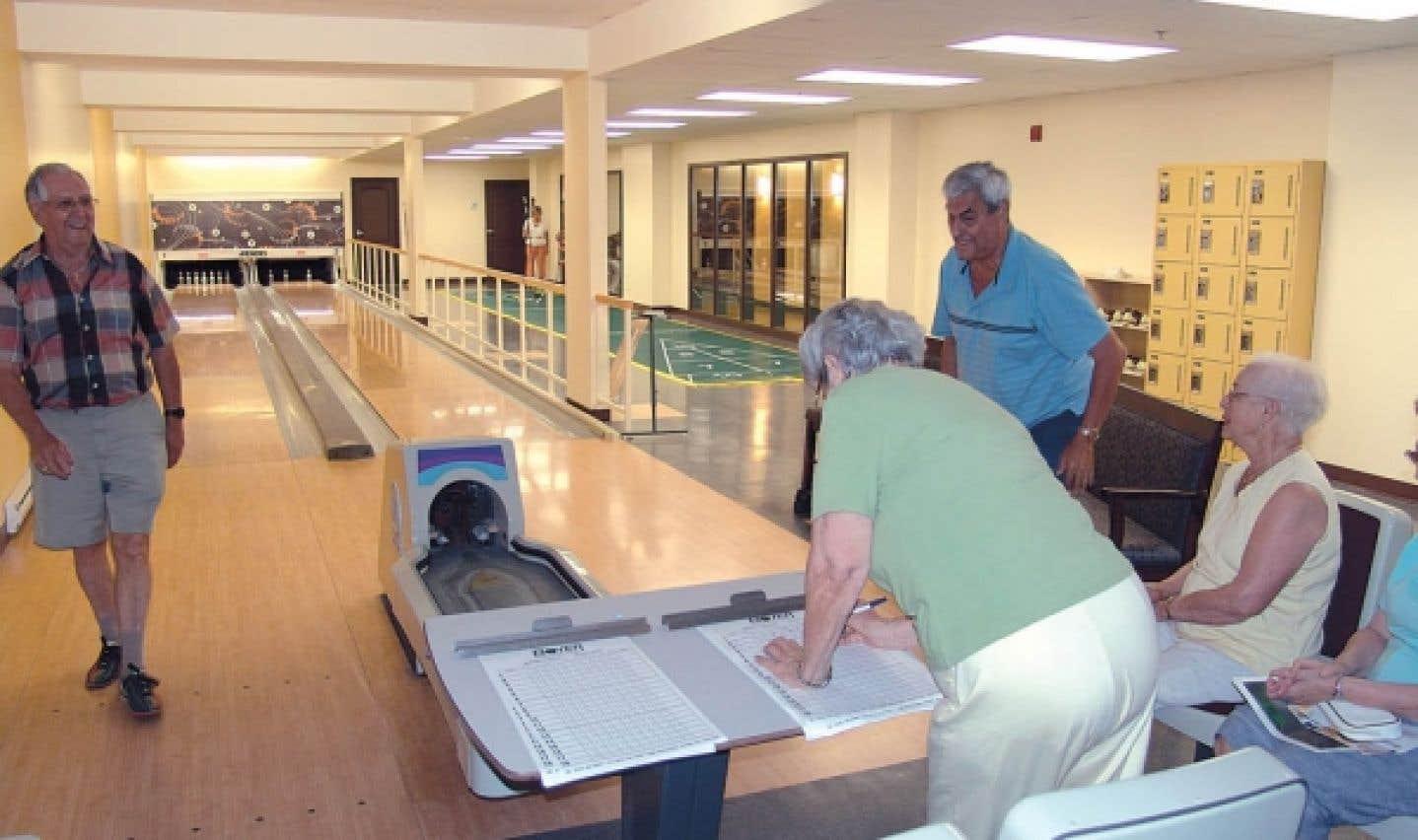 Quilles ou shuffleboard, les aînés dans les résidences pour personnes âgées ont accès à une multitude de loisirs.