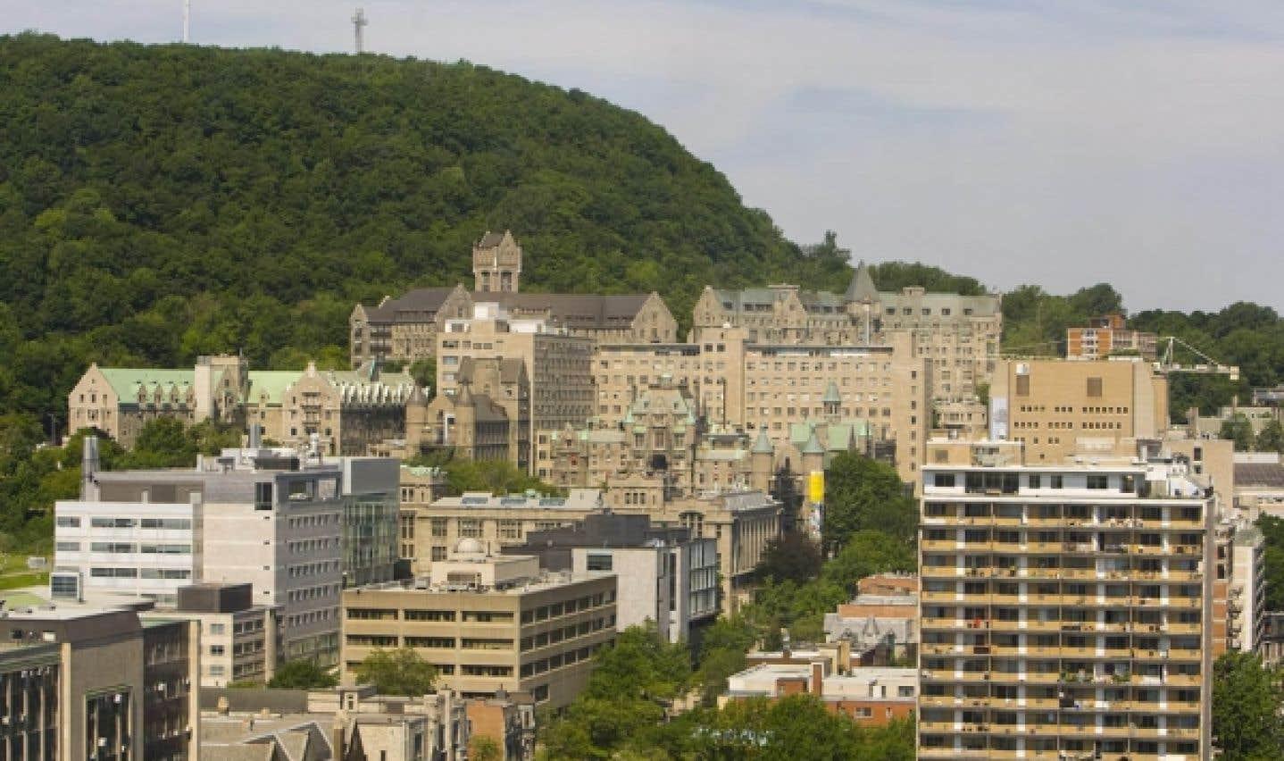 L'école de gestion de l'Université McGill porte le nom Desautels en l'honneur de Marcel Desautels, natif de Saint-Boniface (Manitoba), qui a remis en 2005 la prodigieuse somme de 22 millions à cette université afin de stimuler l'excellence de la formation en gestion.