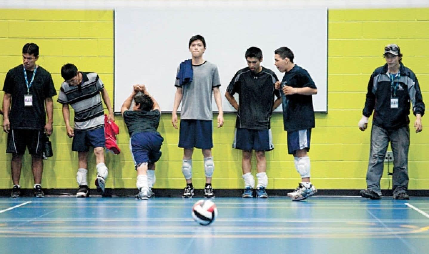 De jeunes Inuits du Nunavik se préparent à un match de handball.