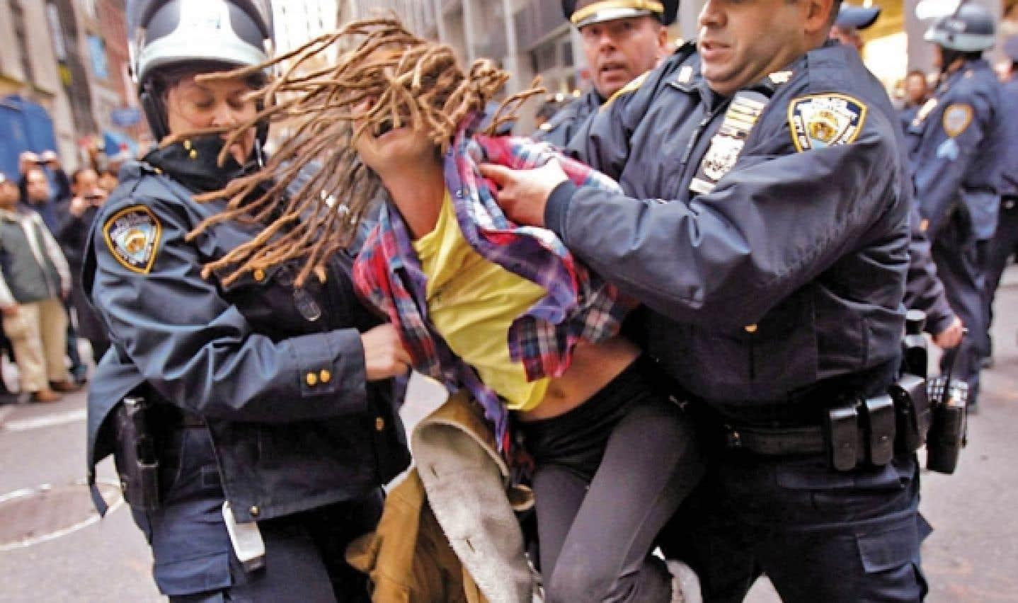 Des policiers de New York arrêtent un protestataire au cours d'une «journée d'action» du mouvement Occupy Wall Street, le 17 novembre dernier.
