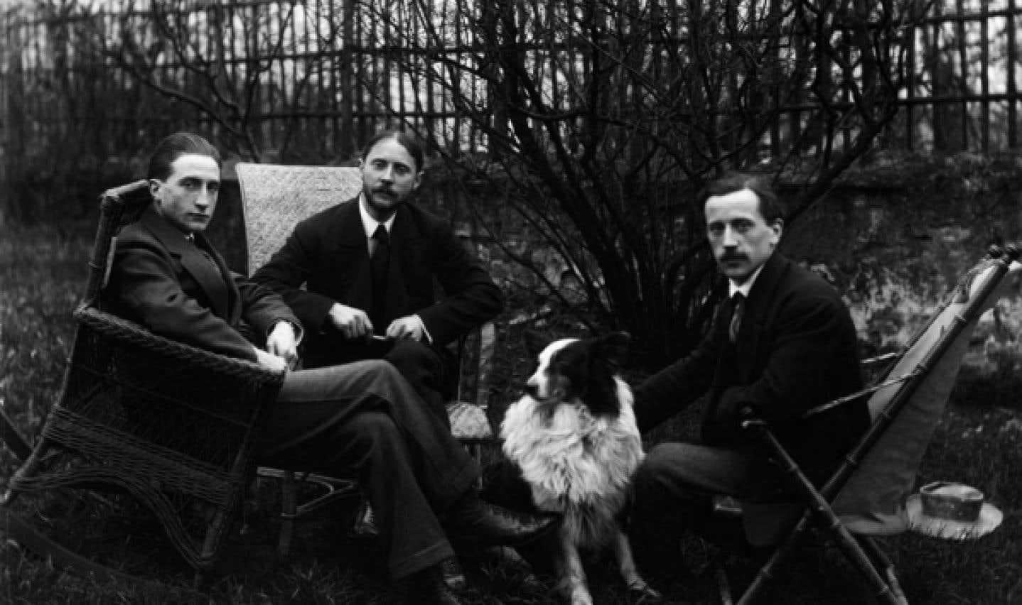 Marcel Duchamp, Jacques Villon et Raymond Duchamp-Villon dans le jardin de l'atelier de Puteaux. La photographie aurait été prise vers 1912-1913.