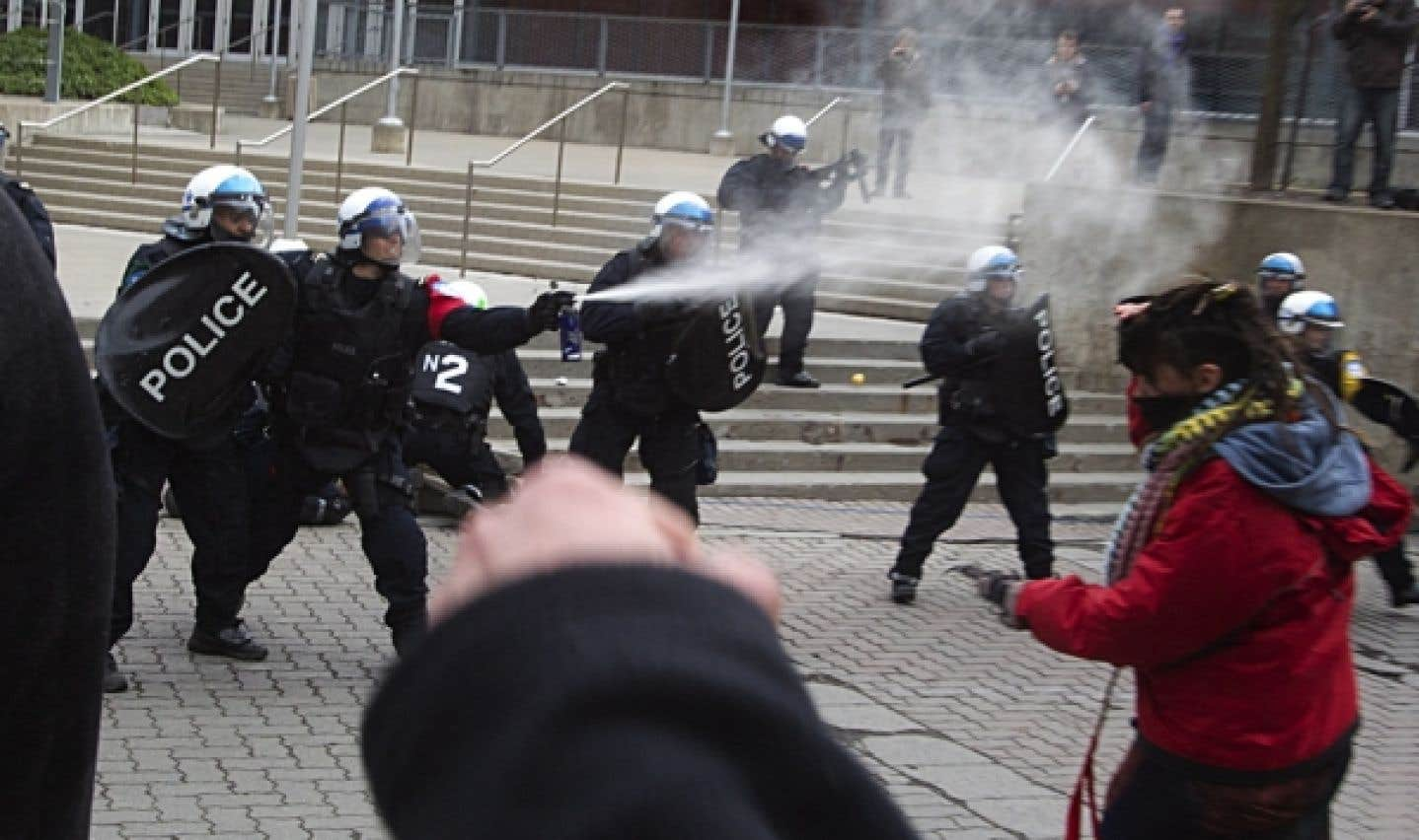 Les policiers dispersé la foule avec du poivre de Cayenne et des bombes fumigènes.