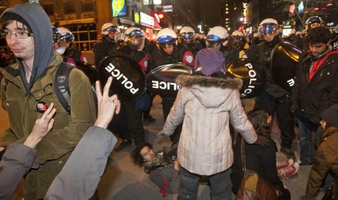 Tard hier soir, une foule un peu plus grande s'était massée au centre-ville de Montréal pour s'opposer aux propositions avancées par le gouvernement Charest.