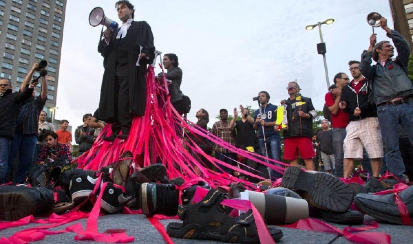 Les juristes prennent la rue pour dénoncer la loi spéciale