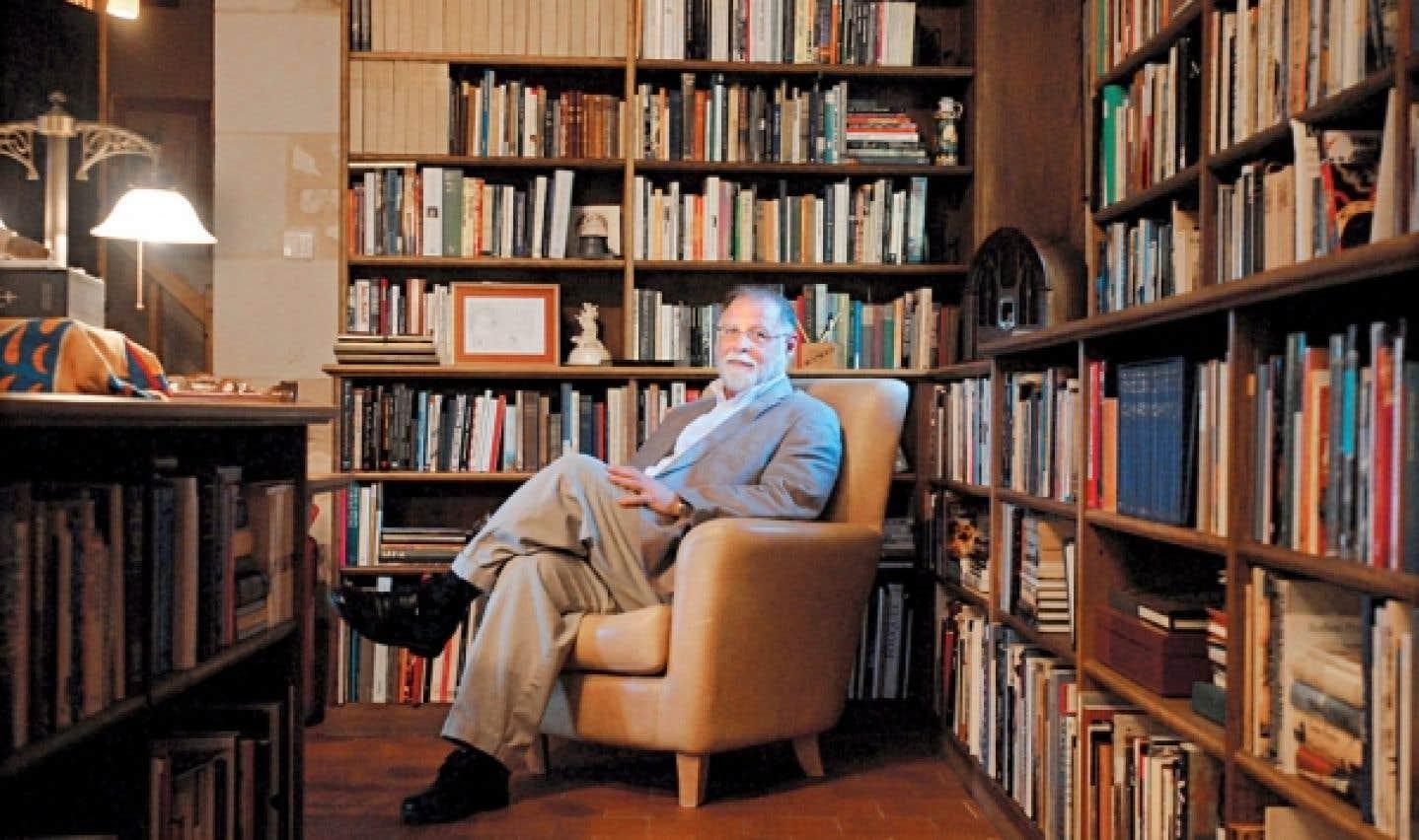 Alberto Manguel est d'abord un lecteur avant d'être un écrivain. Dans son récit intitulé Place à l'ombre, il raconte que, plus jeune, il ne s'imaginait pas du tout prendre la plume, ne voyant pas l'intérêt d'ajouter sa signature, alors que les bibliothèques et librairies lui semblaient suffisamment bien garnies pour assouvir ses appétits.