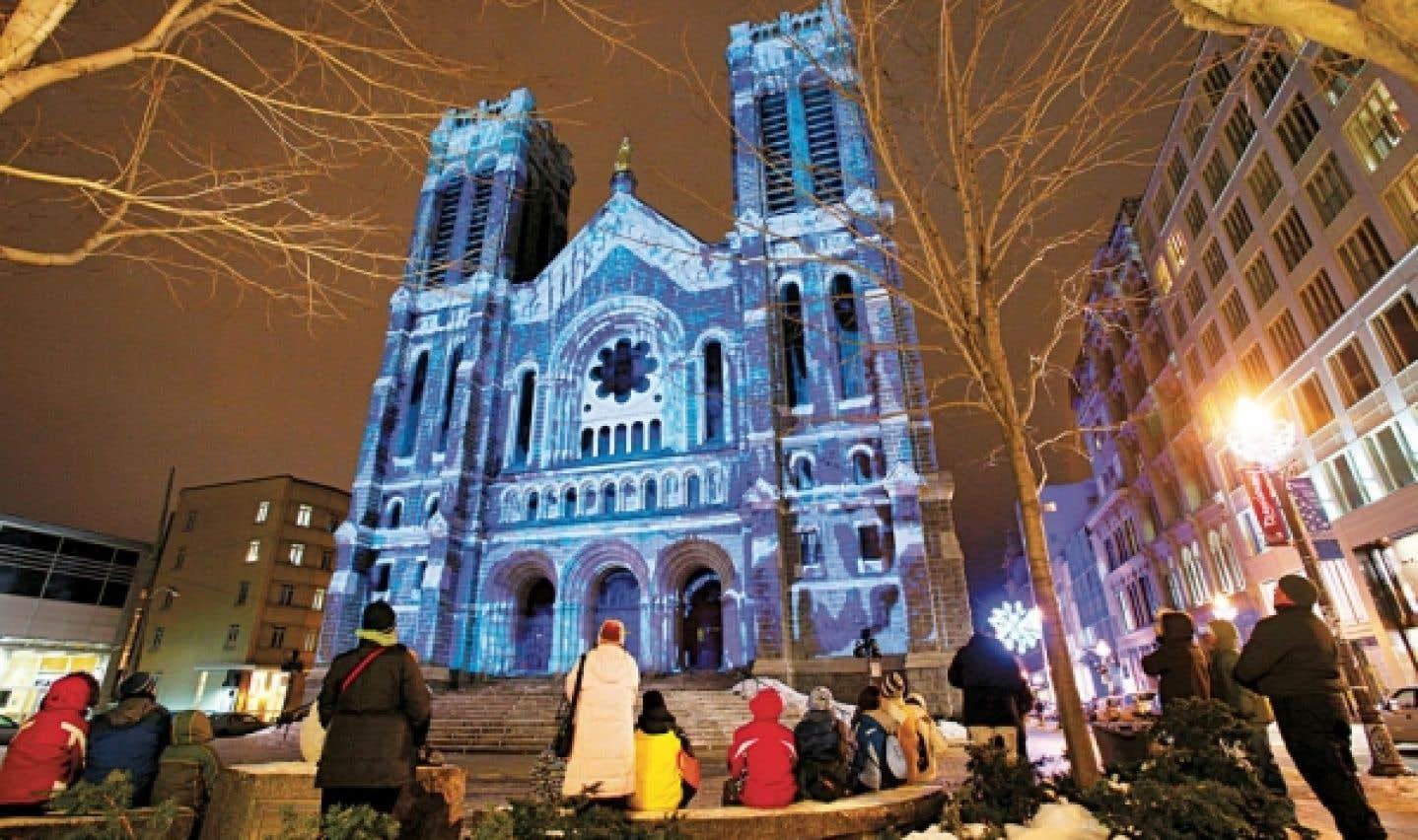 Les journées QuébecAdabra !, qui commencent le 20 décembre et se poursuivent jusqu'au 20 janvier, sont des animations de lumières uniques qui se déploient partout dans le Vieux-Québec.
