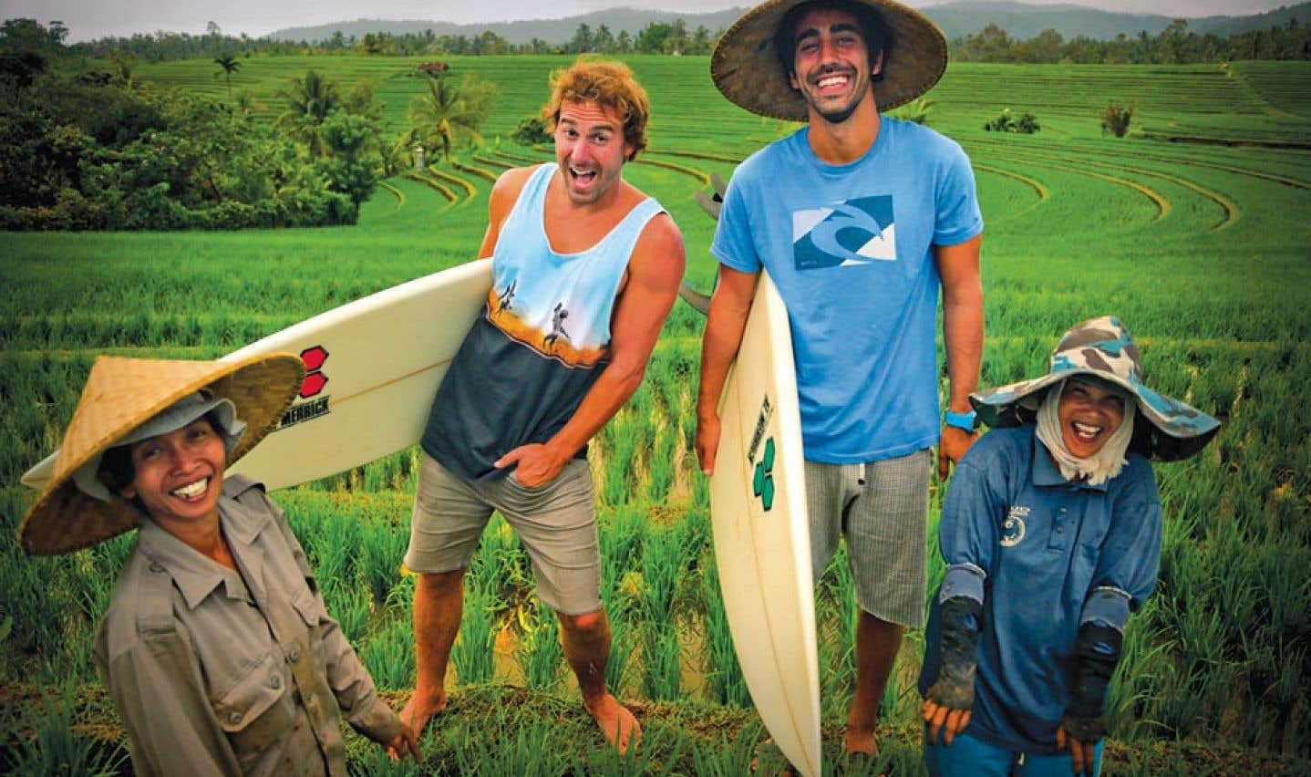La série OuiSurf présente le périple de Jean-Michel et Benjamin, deux surfeurs québécois en quête des plus belles vagues d'Asie.