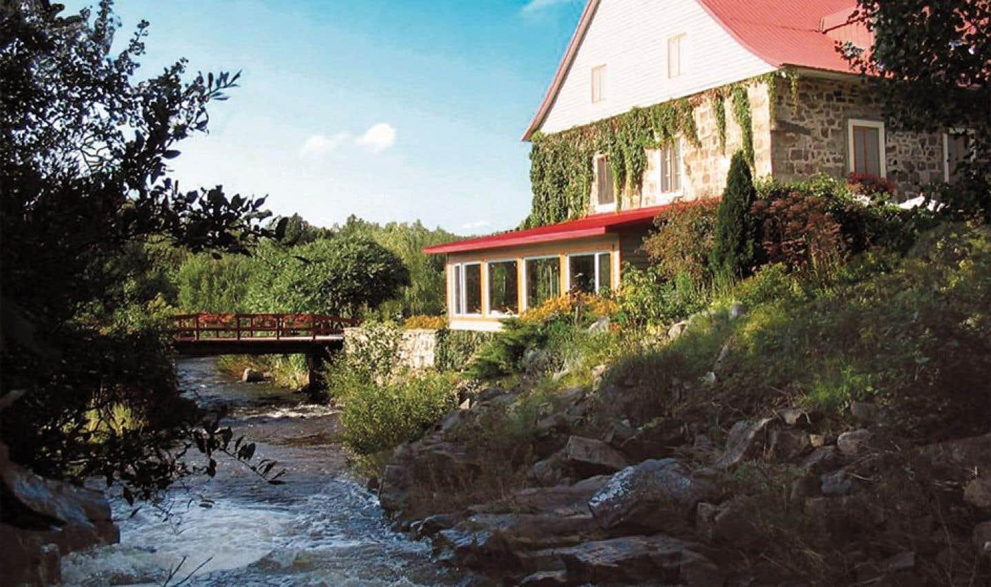 À l'auberge des Glacis, à L'Islet-sur-Mer, on offre des séjours gastronomiques et propose des cours de cuisine aux conjoints des gens d'affaires en réunions.