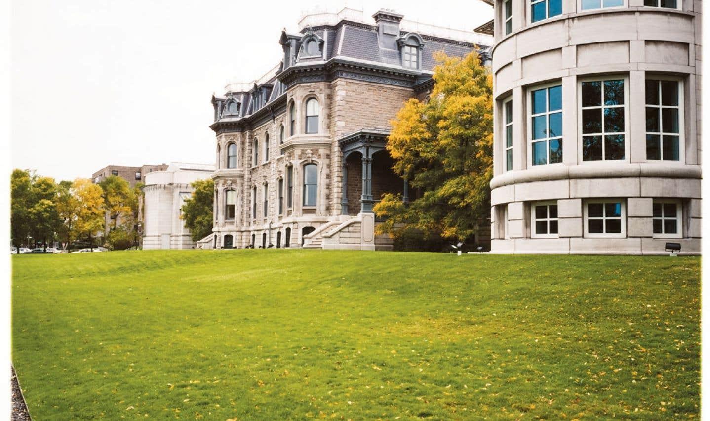 Vue de la façade sud, montrant le Théâtre Paul-Desmarais, la maison Shaughnessy et l'aile des chercheurs.